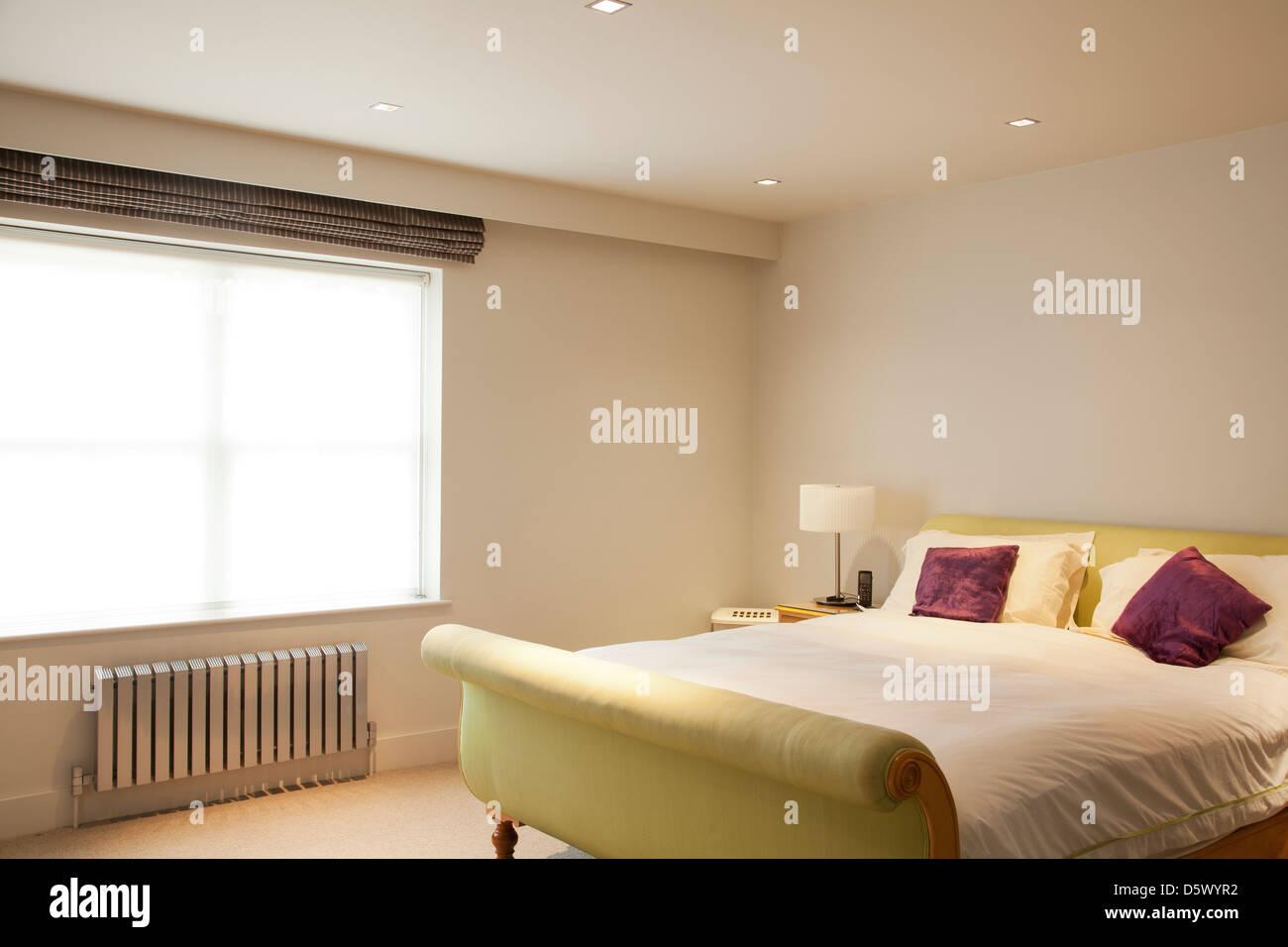 Bett und Heizkörper in modernen Schlafzimmer Stockfoto, Bild ...