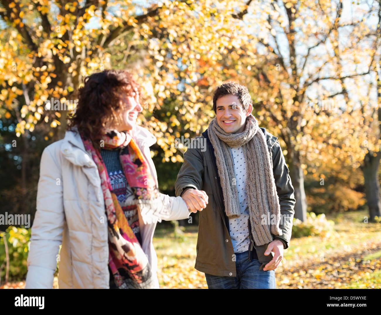Paar halten Hände im park Stockfoto