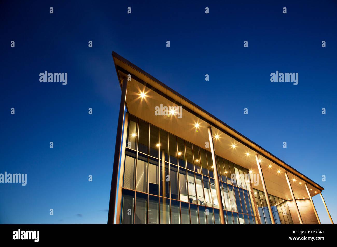 Modernes Gebäude in der Dämmerung beleuchtet Stockbild
