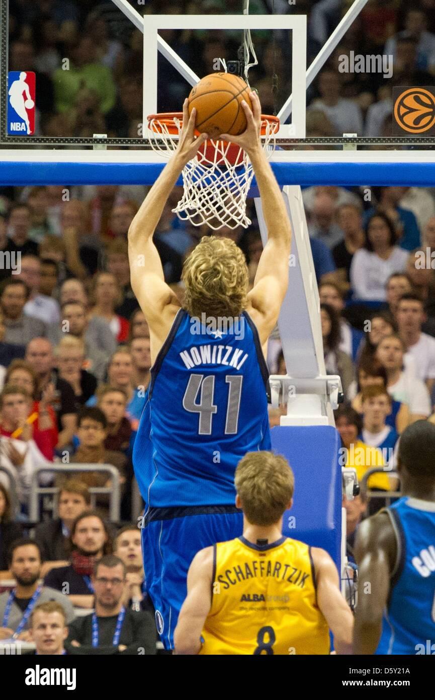 Dirk Nowitzki (C) der Dallas Mavericks steigt für ein Slam-Dunk vor ...