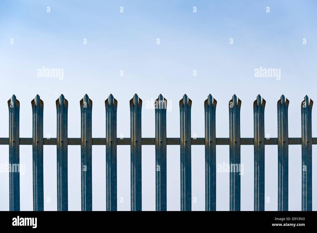 Sicherheit Metall Zaun vor blauem Himmel Stockbild