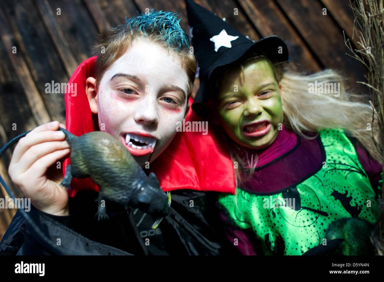 Geschwister Rowin (L) und Leticia werden als Vampir und Hexe ...