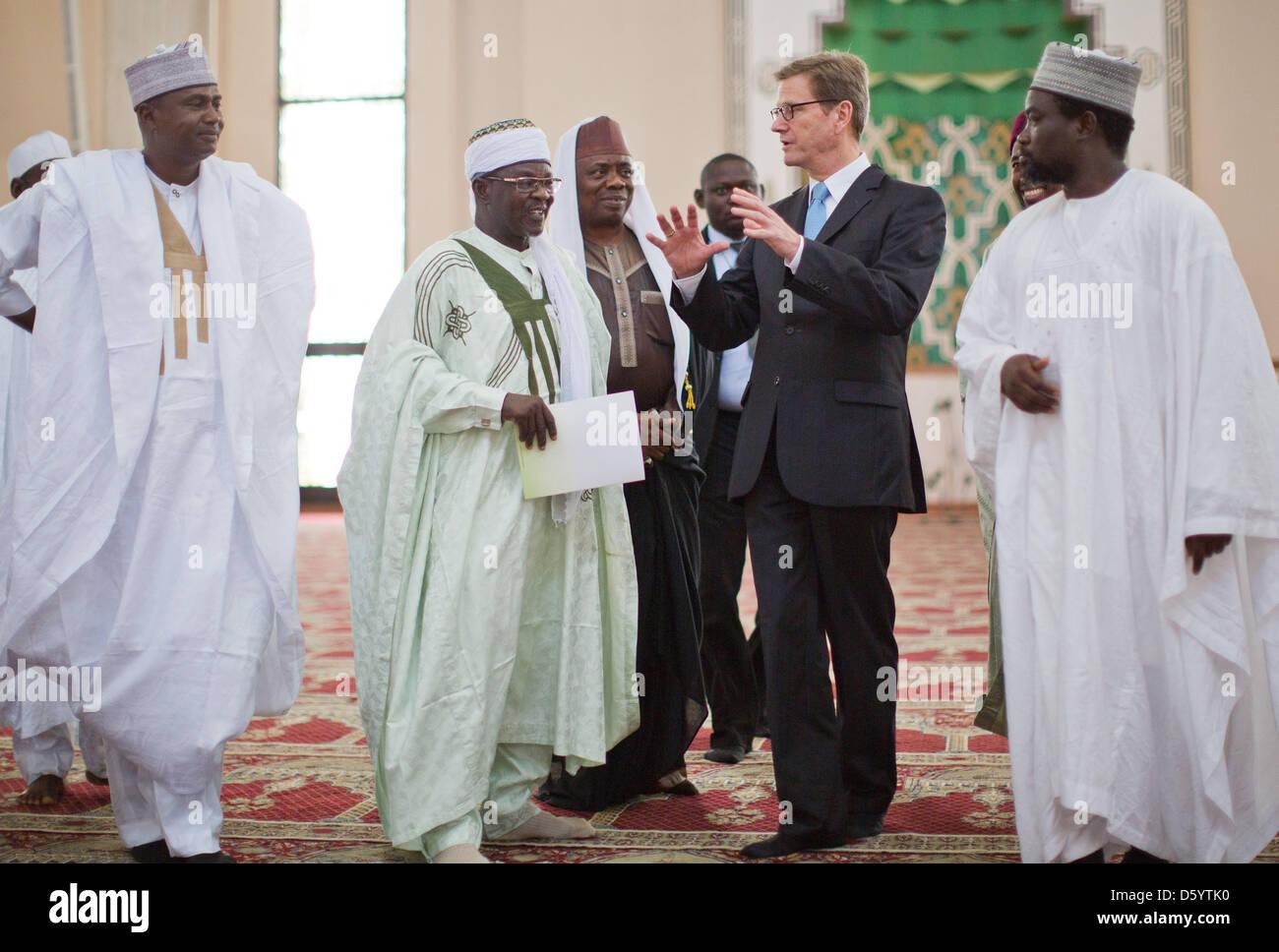 Außenminister Guido Westerwelle (FDP,2.v R) Spricht Mit Dem Exekutivsekretär der Nationalmoschee, Ibrahim Stockbild