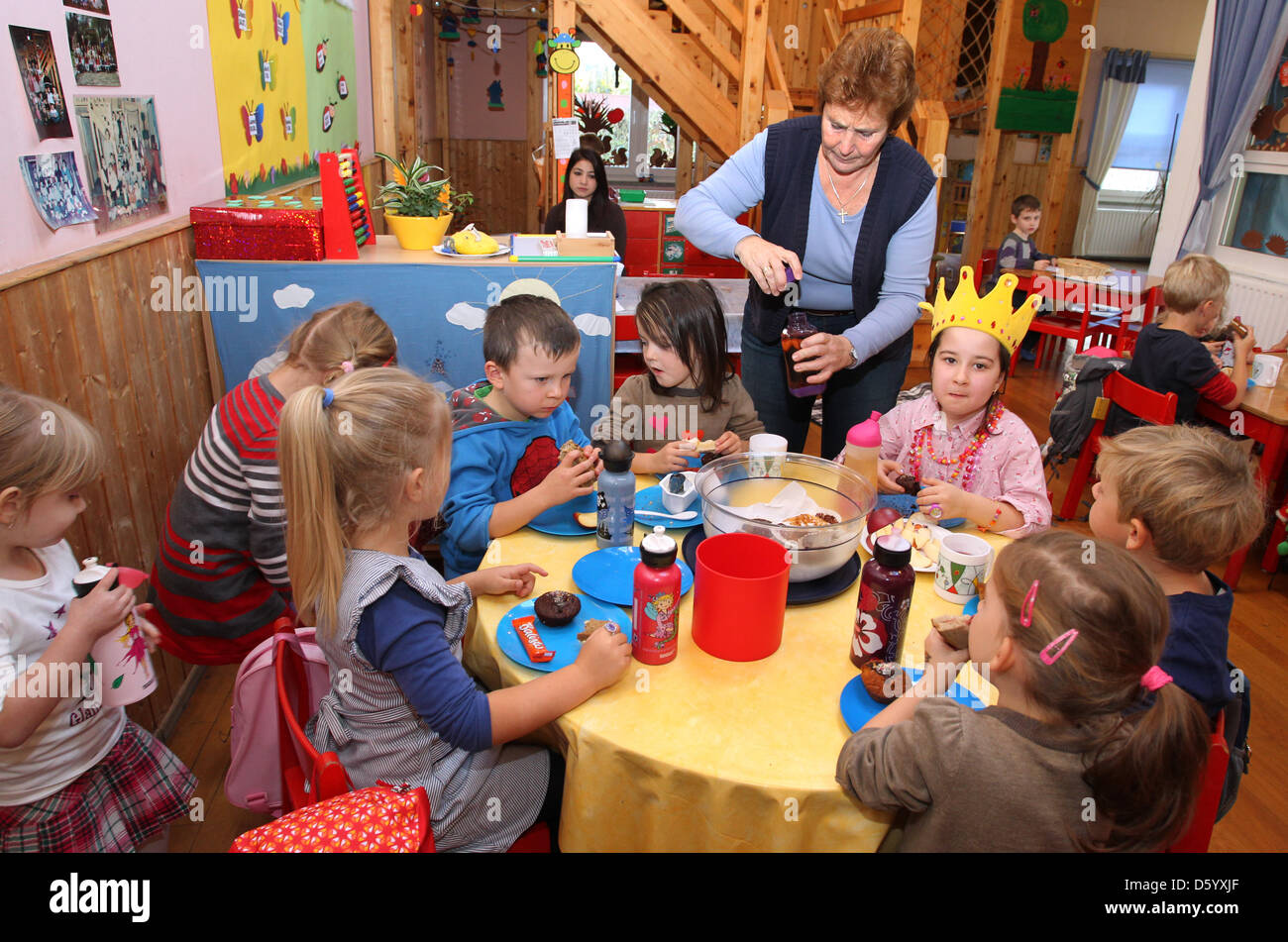 Kinder Feiern Einen Geburtstag Mit Kindergartnerin Florenz Landry Im