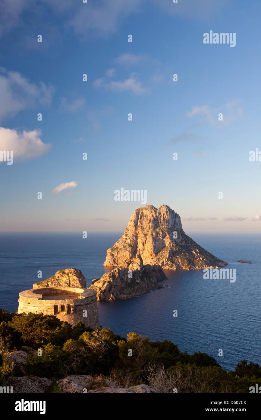 Es Vedrà und Es Vedranell Islots von Torre des Savinar, Sant Josep de Sa Talaia, Ibiza, Illes Balears, Spanien Stockbild