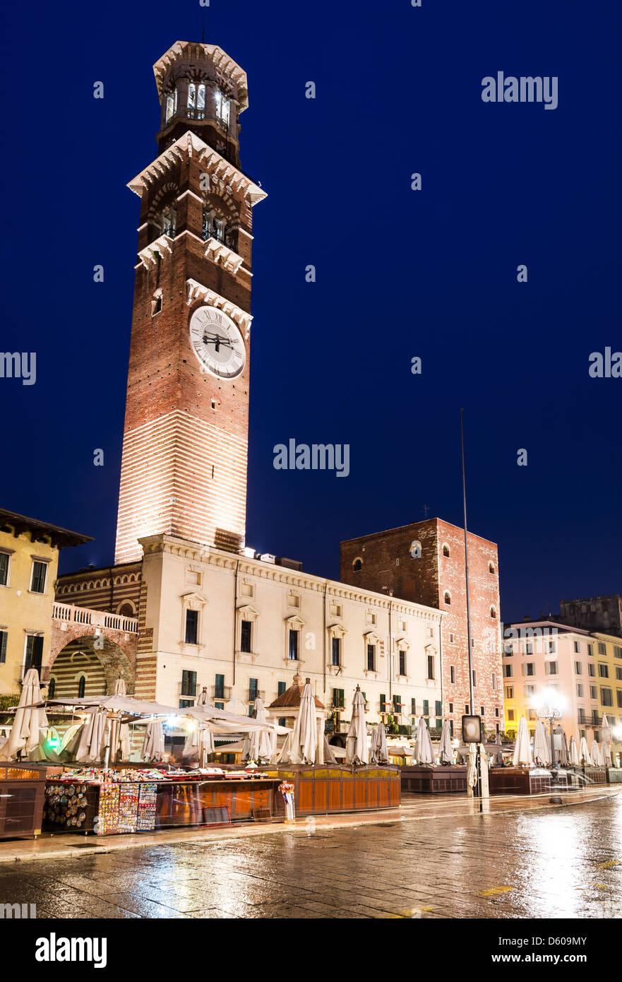 Piazza Erbe und Torre dei Lamberti im mittelalterlichen Stadtkern von Verona, Italien Wahrzeichen. Stockbild