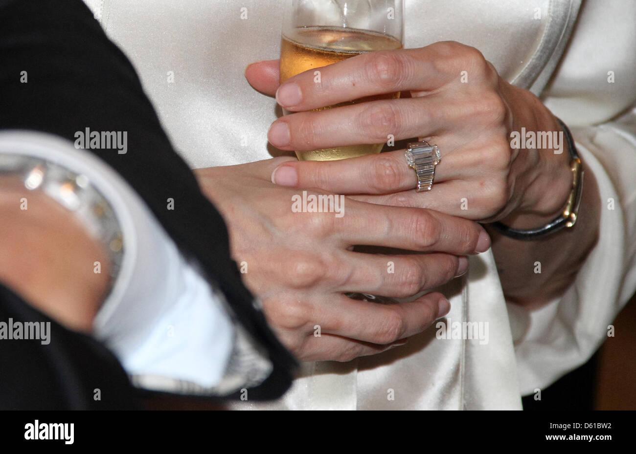 Handout Eine Undatiertes Handout Bild Zeigt Den Verlobungsring Auf