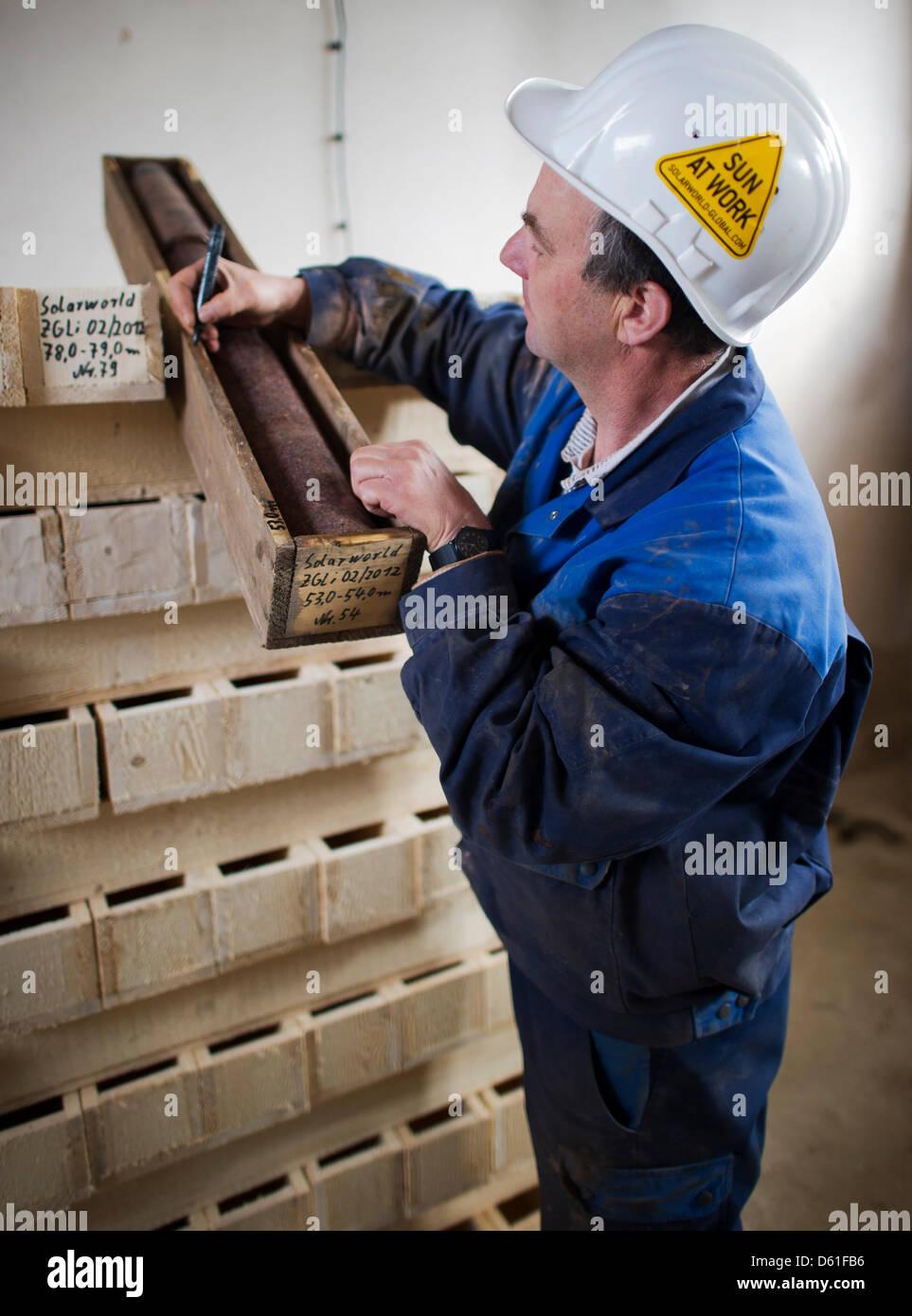 Bohren Techniker Volker Schmalfuss kennzeichnet eine Bohrkern in der ...