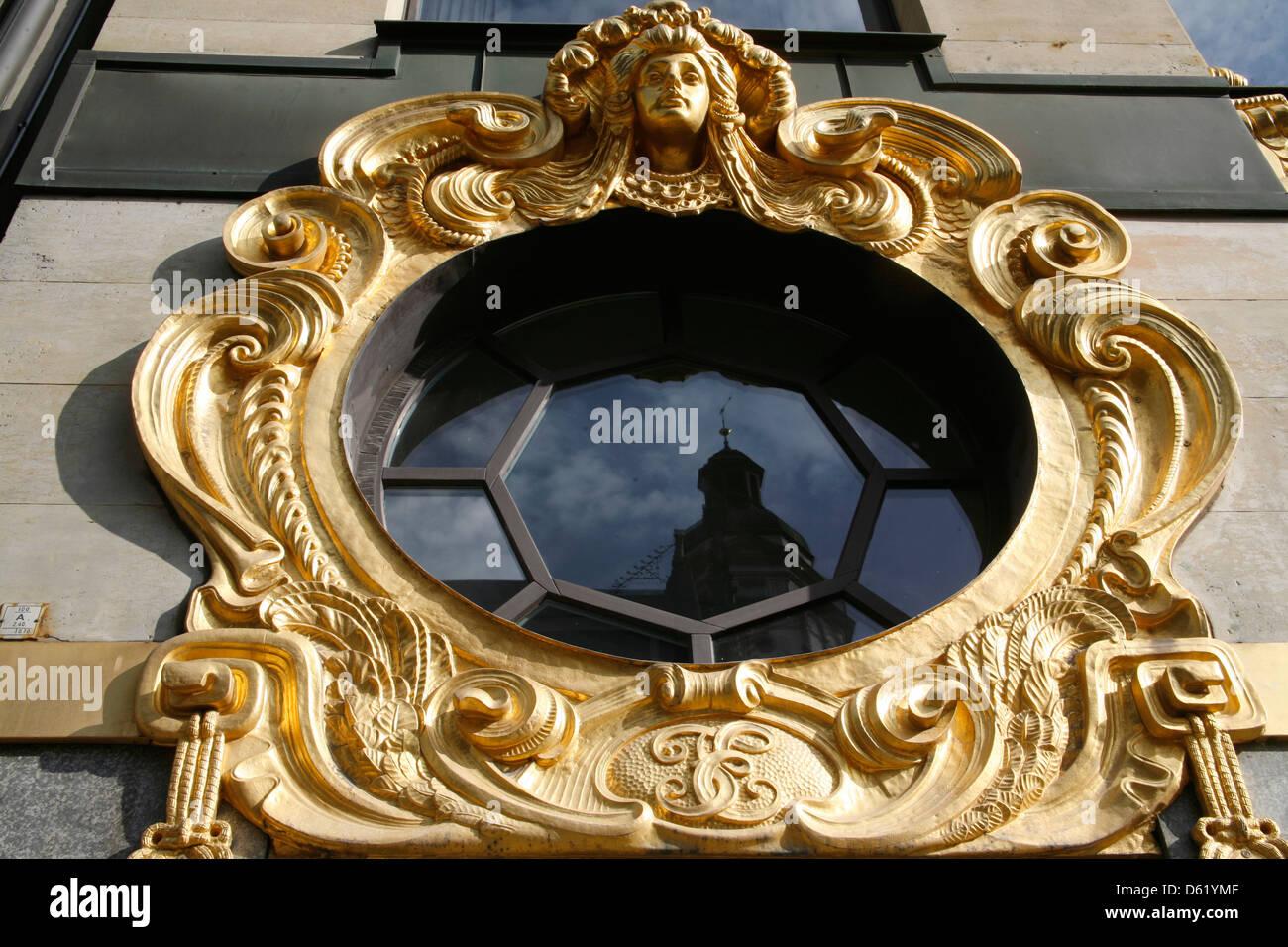 Turm von St. Thomas, reflektiert die Kirche von Bach im Fenster der ...