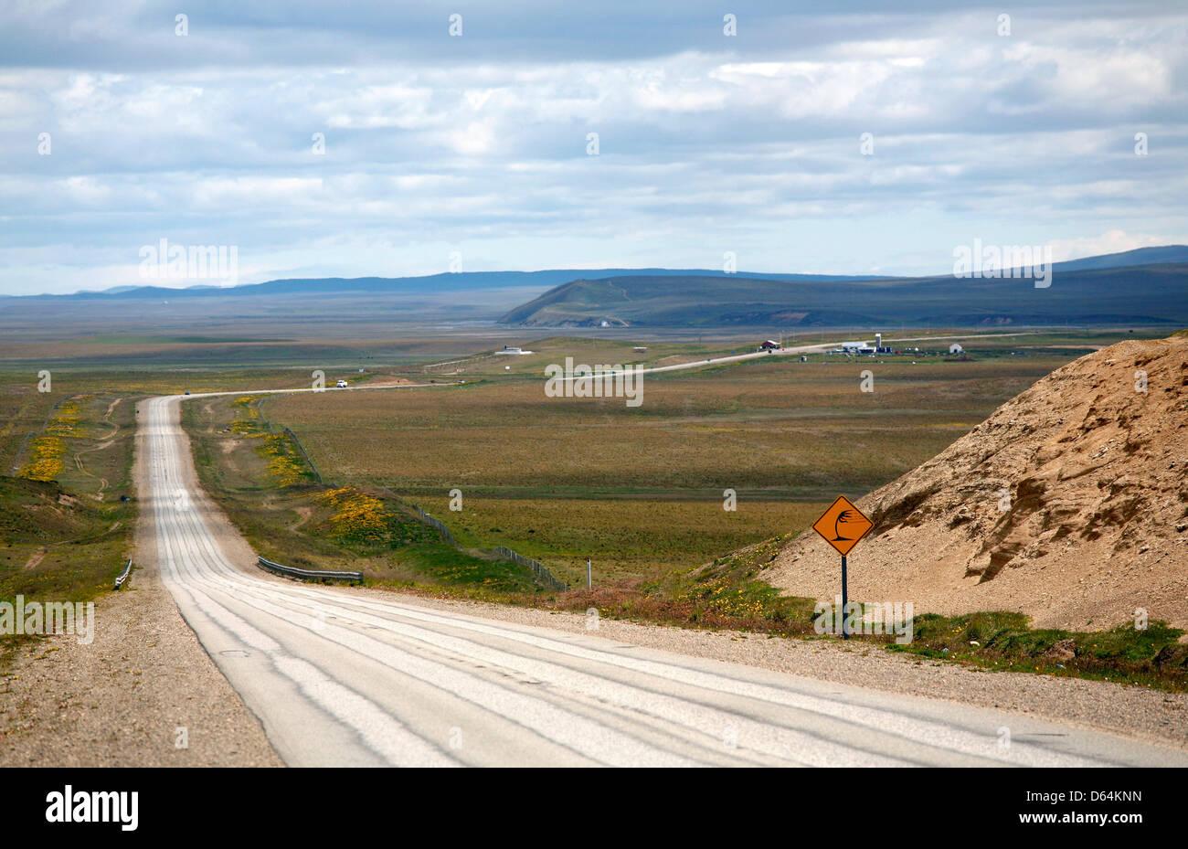 Datei - datiert eine Archiv Bild 1. Dezember 2008 zeigt die Autobahn 3 von Ushuaia nach Rio Grande, Argentinien. Stockfoto