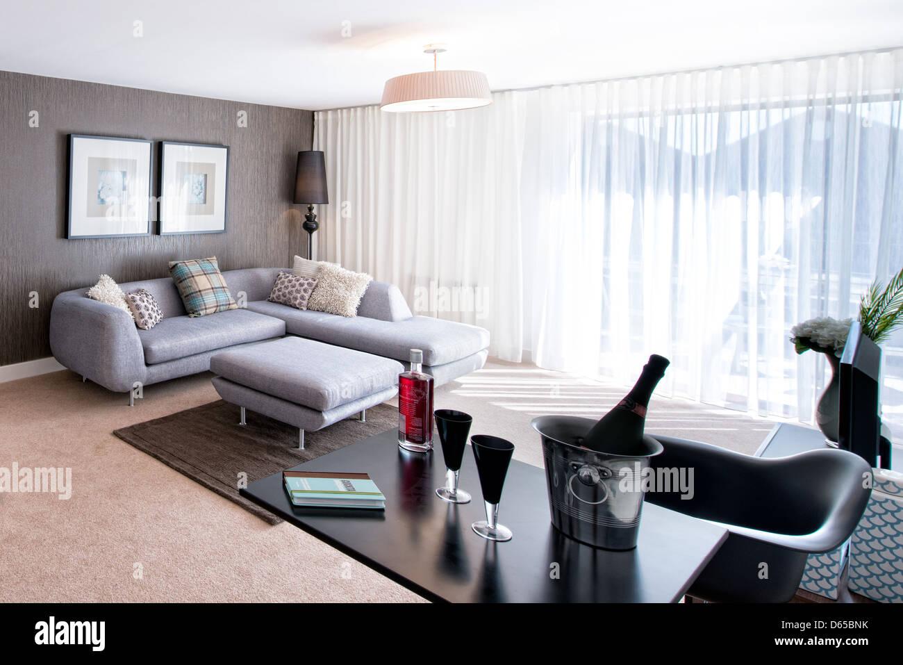 Sekt in einem Eiskübel in einem modernen Designer Wohnzimmer kühlen ...