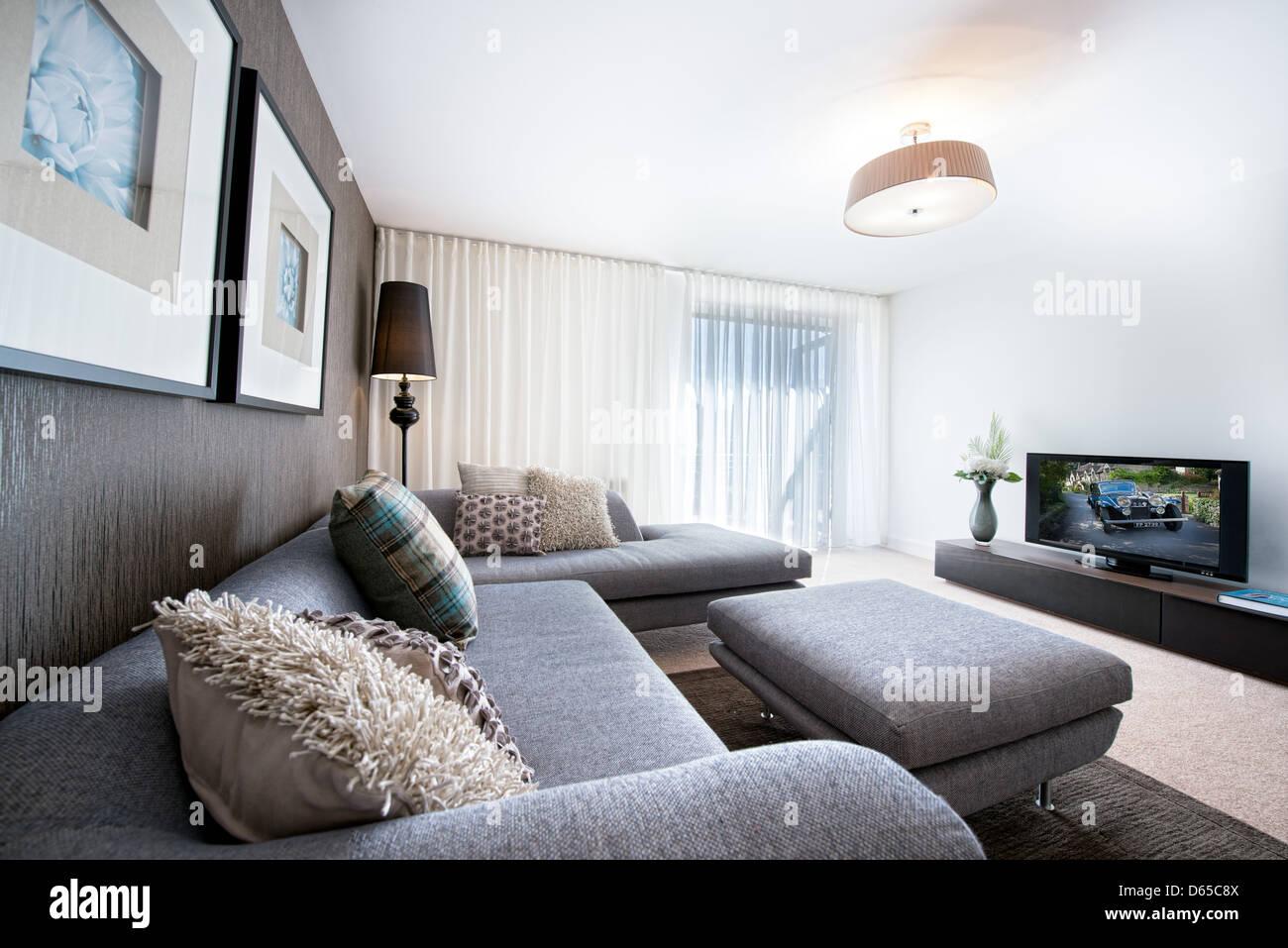 Ein Sofa Und Kissen Ausgebreitet Vor Dem Fernseher In Einem Gut Eingerichtet Sauber Moderne Wohnzimmer