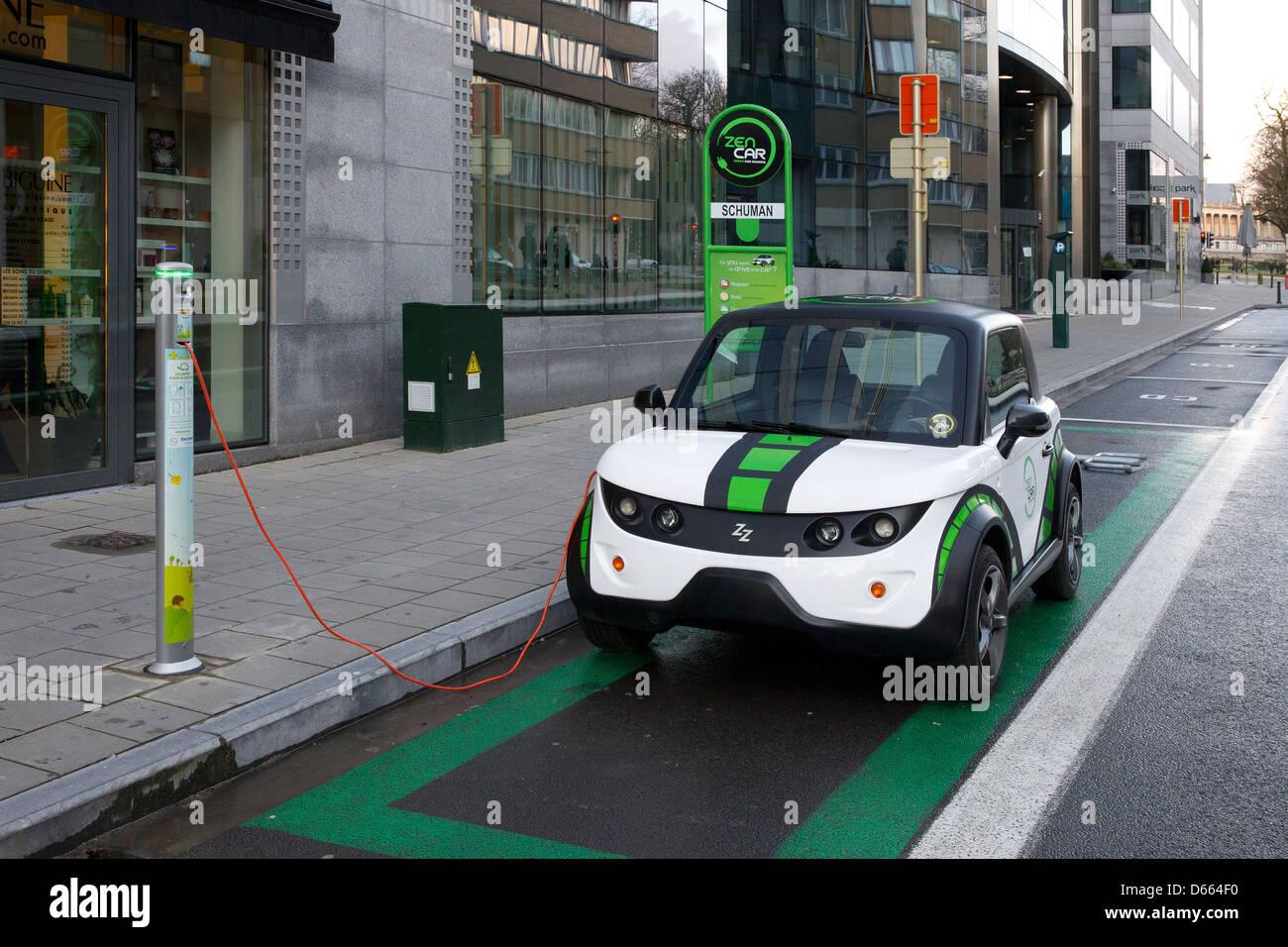Elektro-Auto Fahrzeug kostenlos aufladen aufladen eu Stockbild