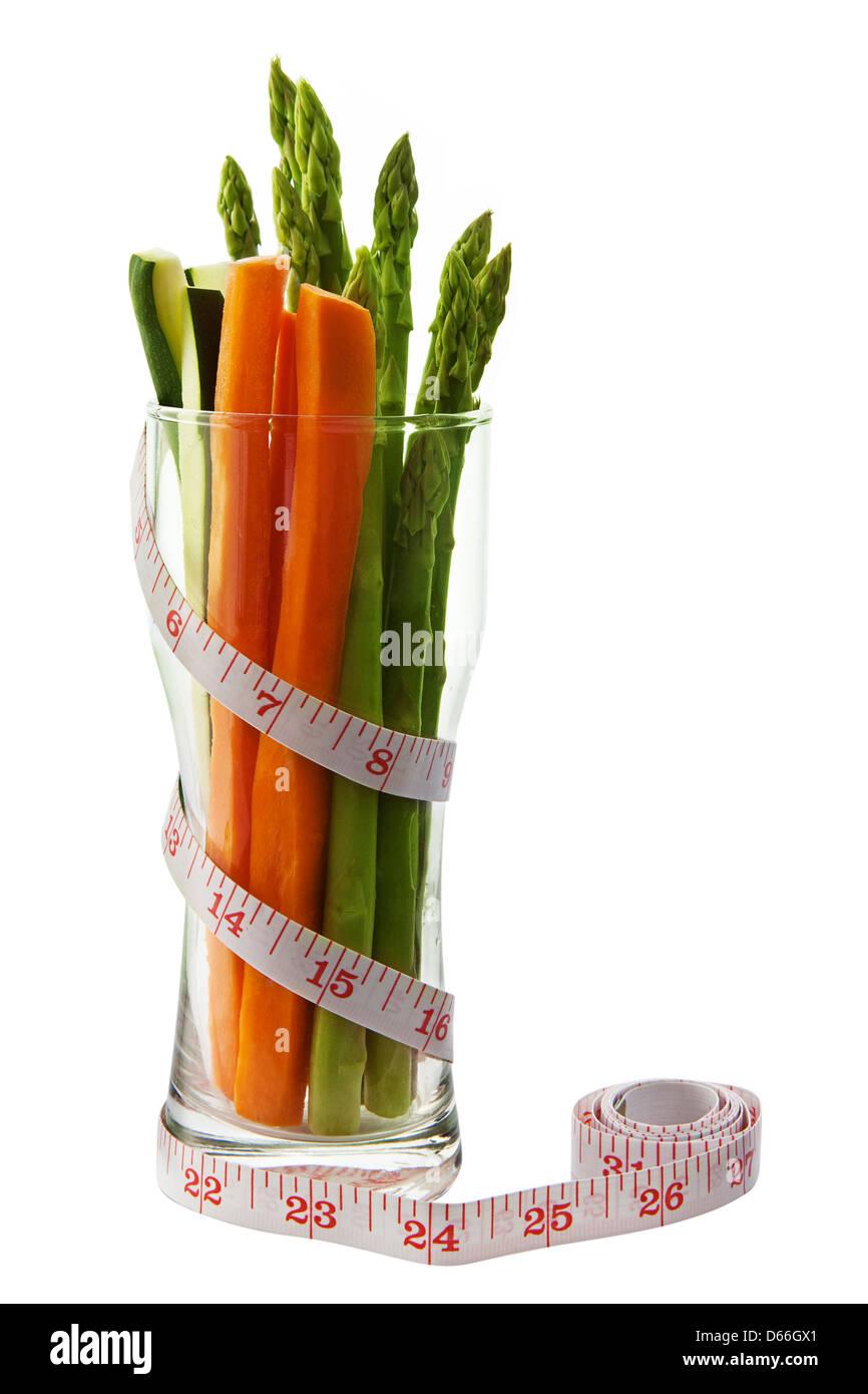 Kalorienarme Gemüse in einer Sanduhr geformt Glas mit Maßband Stockbild