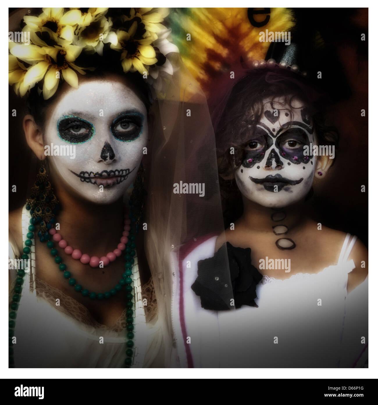 Zwei Mädchen in Tracht auf einem Dia Los Muertos (Tag der Toten) Celbtration in der Altstadt von Albuquerque Stockbild
