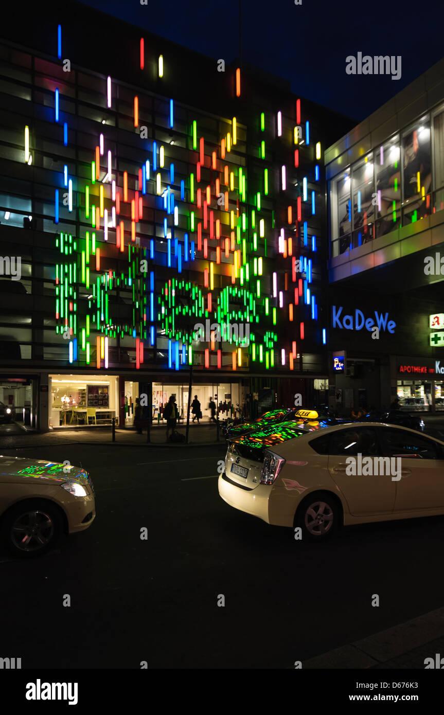 KaDeWe Einkaufszentrum Nachtansicht. Berlin, Deutschland. Stockbild