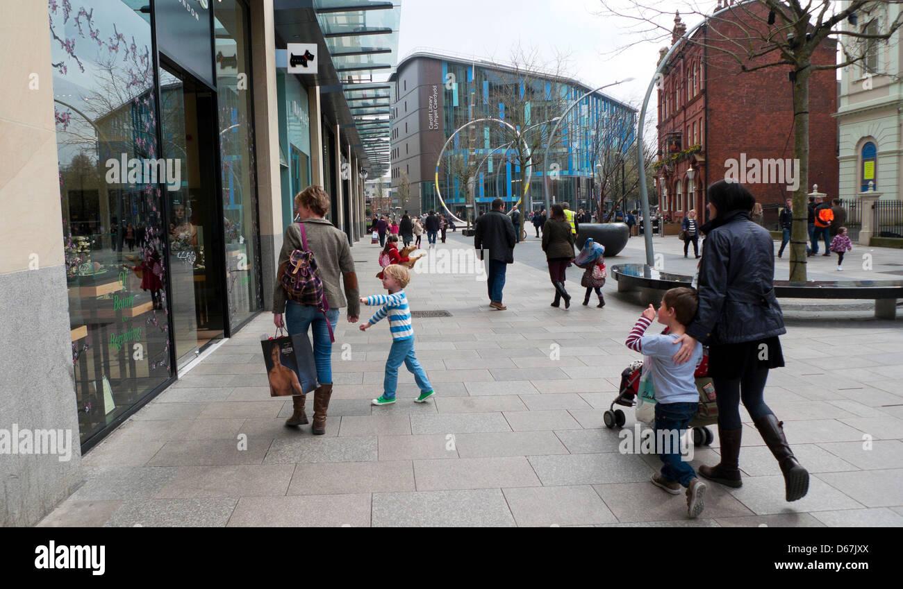 shopper wandern mit kindern in der einkaufszone in der n he von der cardiff bibliothek und john. Black Bedroom Furniture Sets. Home Design Ideas
