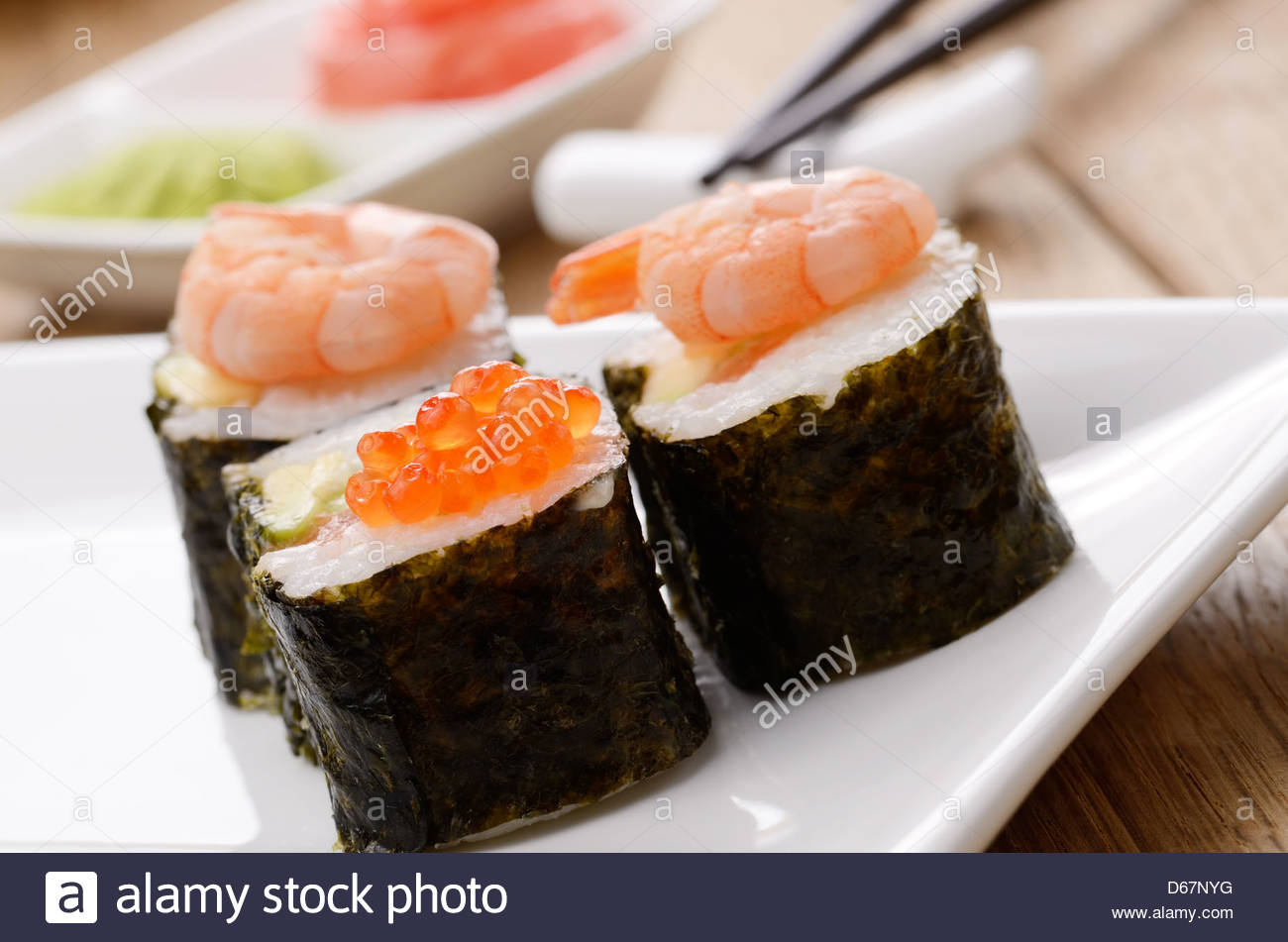 gemischte sushi set auf einem wei en teller mit wasabi und ingwer stockfoto bild 55489940 alamy. Black Bedroom Furniture Sets. Home Design Ideas