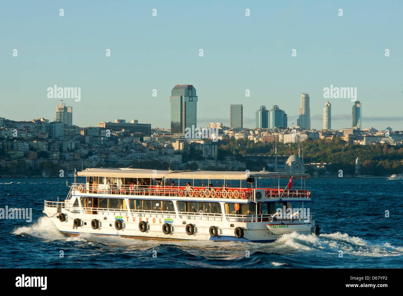 Ägypten, Istanbul, Führschiff Auf Dem Bosporus Im Hintergrund sterben HochHäuser von Levent Stockbild