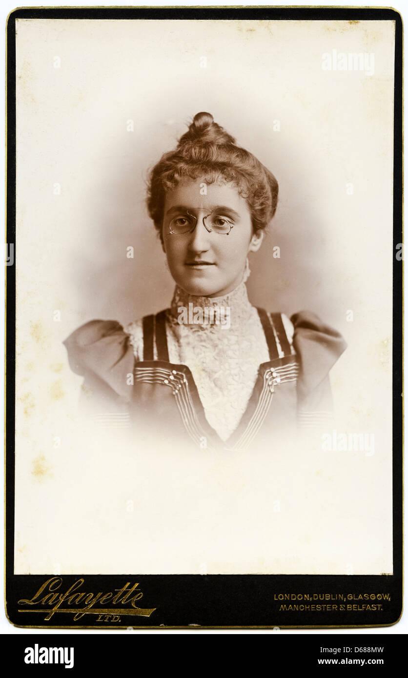 Viktorianische Frau Cartes De Visite Studioportrait Um 1900 Von Fotografen Lafayette Ltd
