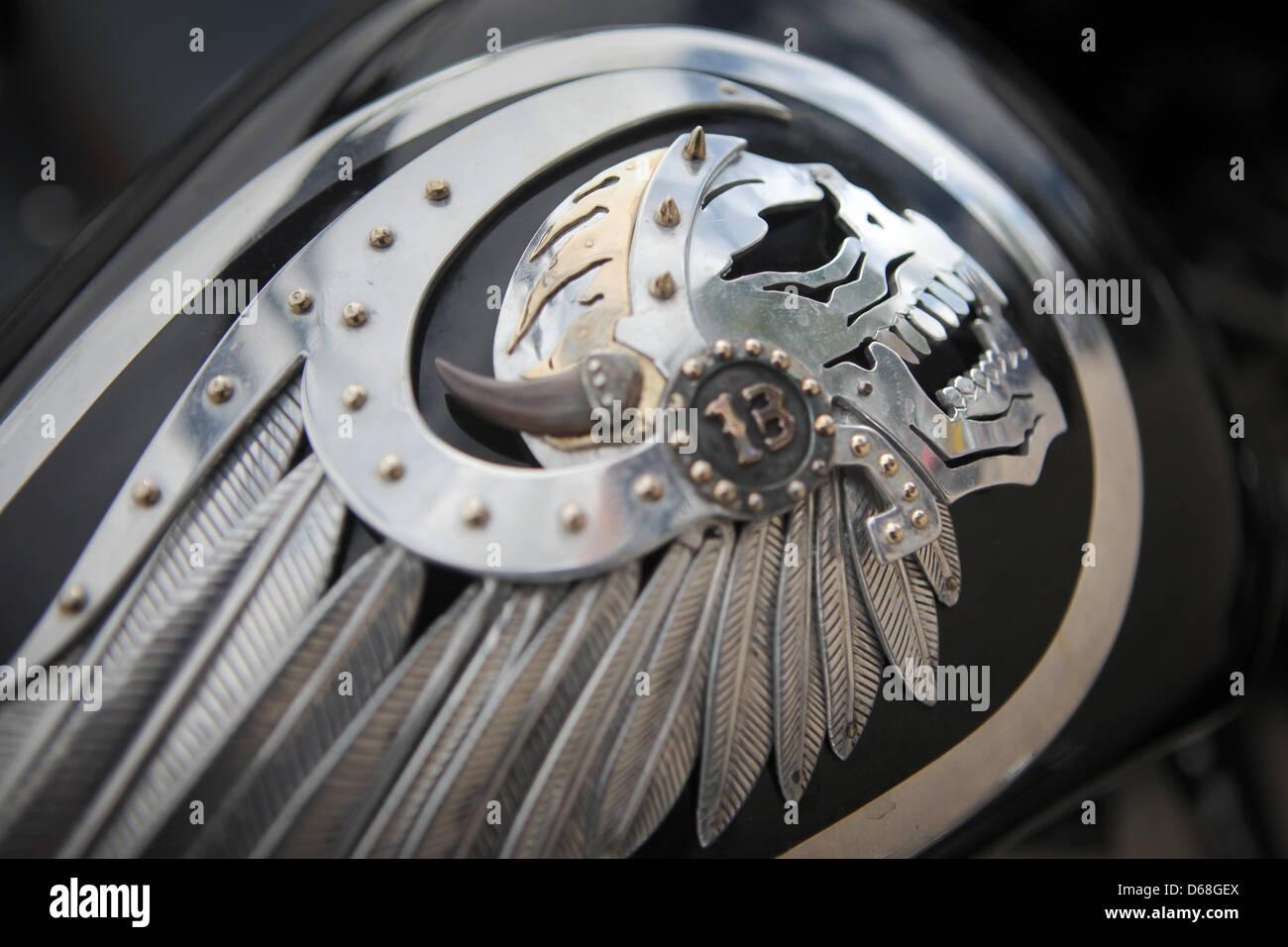 das logo des motorradclubs hells angels ist sichtbar auf. Black Bedroom Furniture Sets. Home Design Ideas
