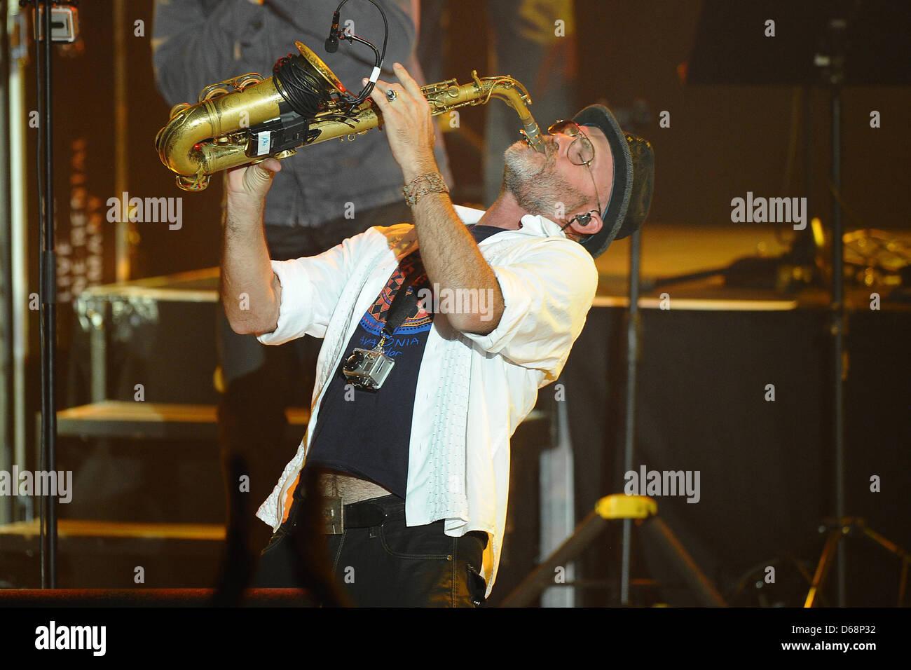Saxophonist Todd Cooper führt auf der Bühne während The Alan Parsons Live Project Tour 2012 im Circus Krone in München, 19. Juli 2012. Foto: Revierfoto Stockfoto