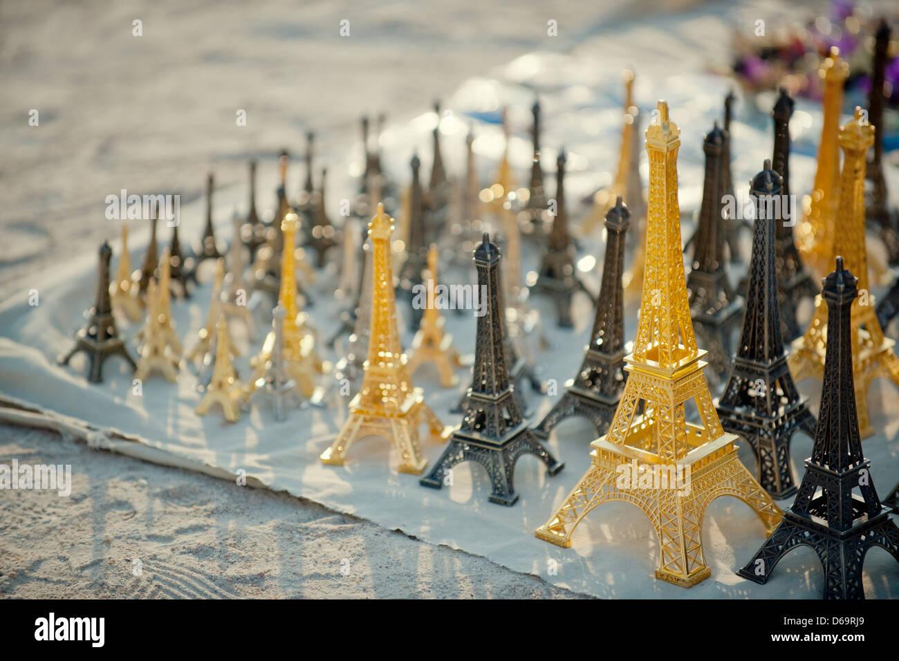Eiffelturm-Replikate zum Verkauf Stockbild