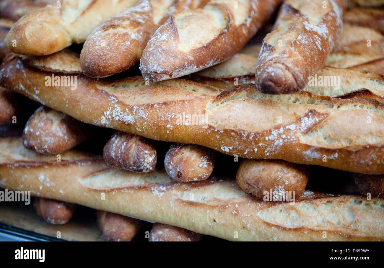 Nahaufnahme von Haufen von Baguettes zum Verkauf Stockbild