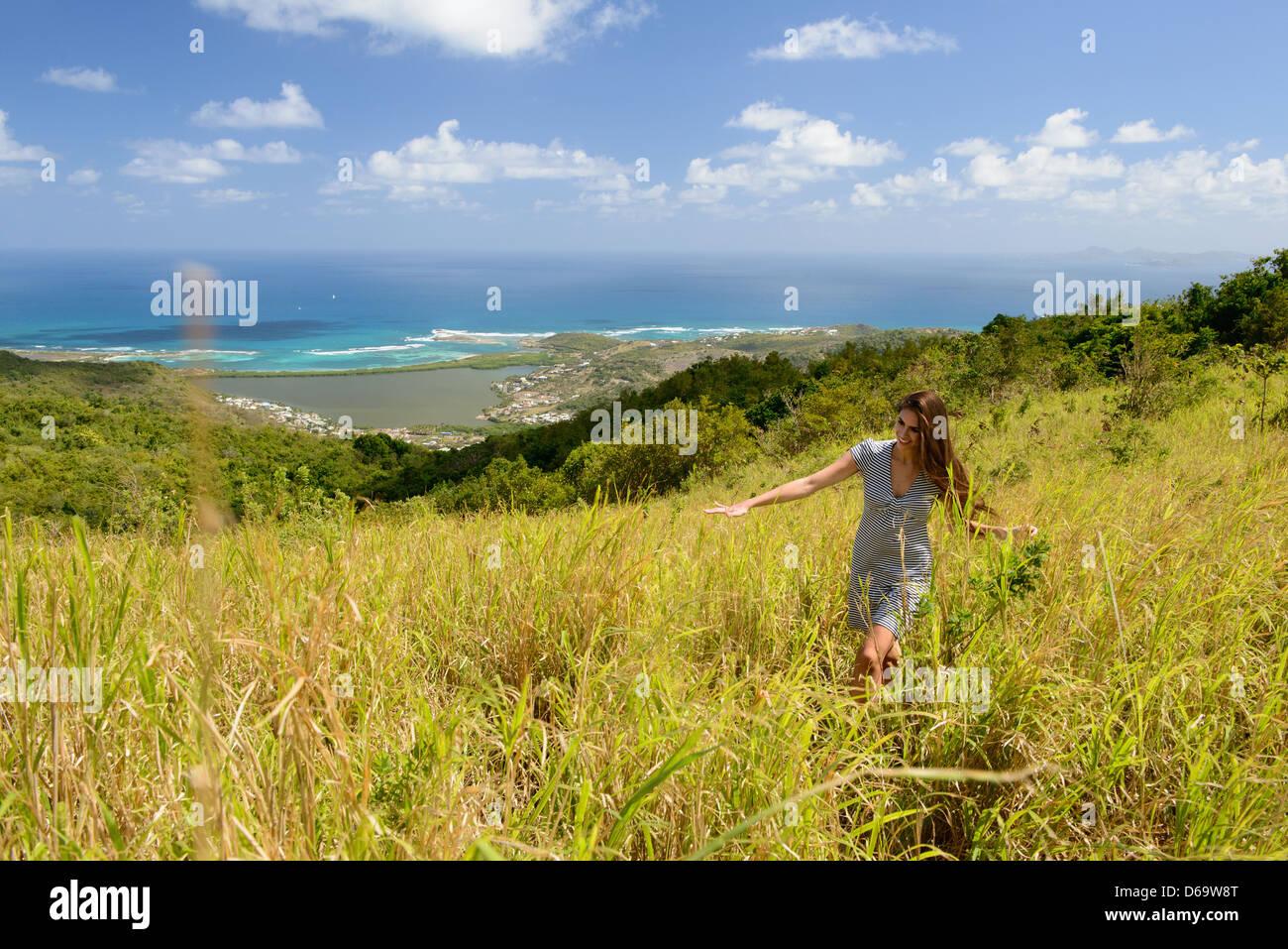 Frau zu Fuß im Feld hohem Gras Stockfoto
