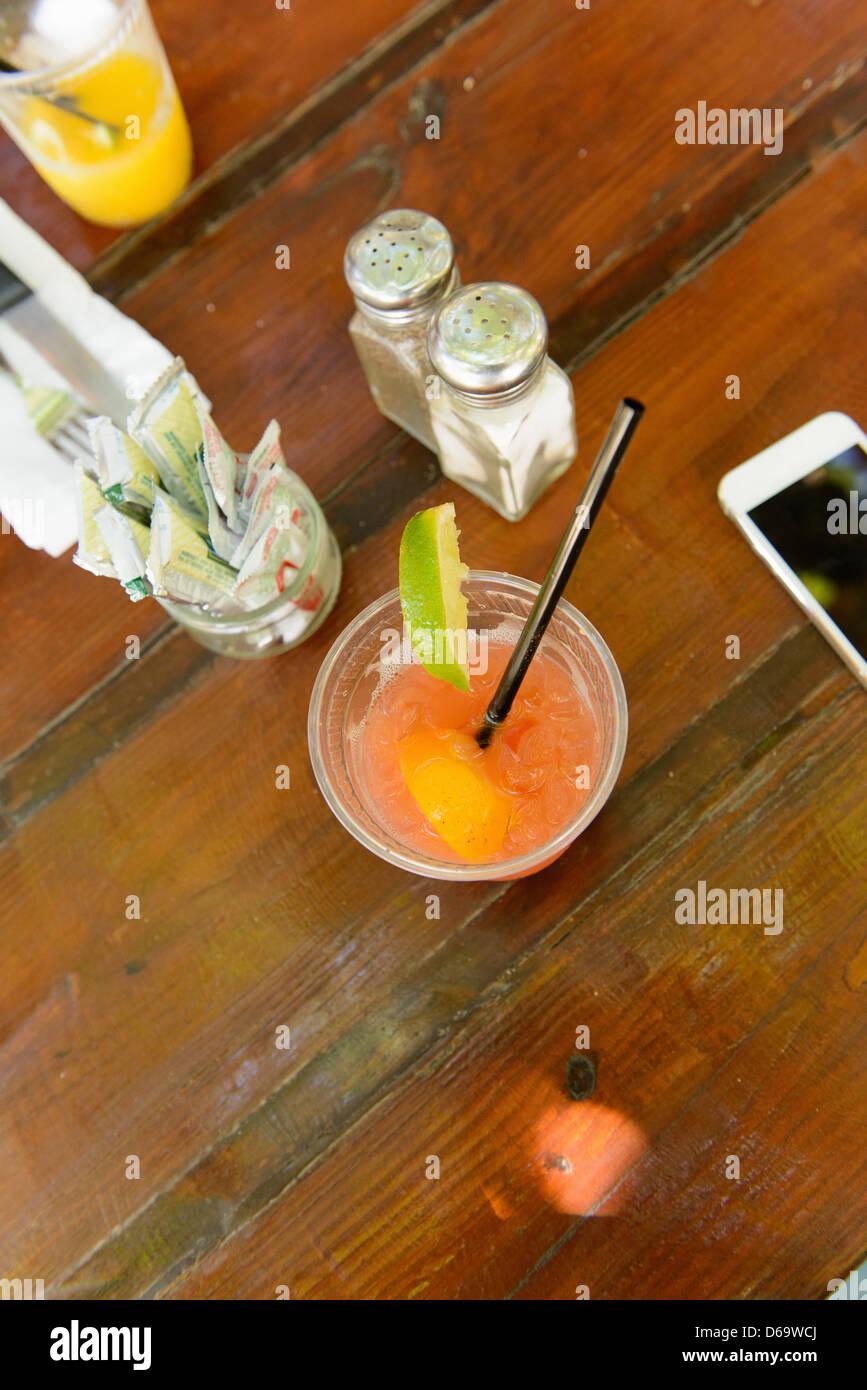 Nahaufnahme von fruchtigen Cocktail im restaurant Stockbild