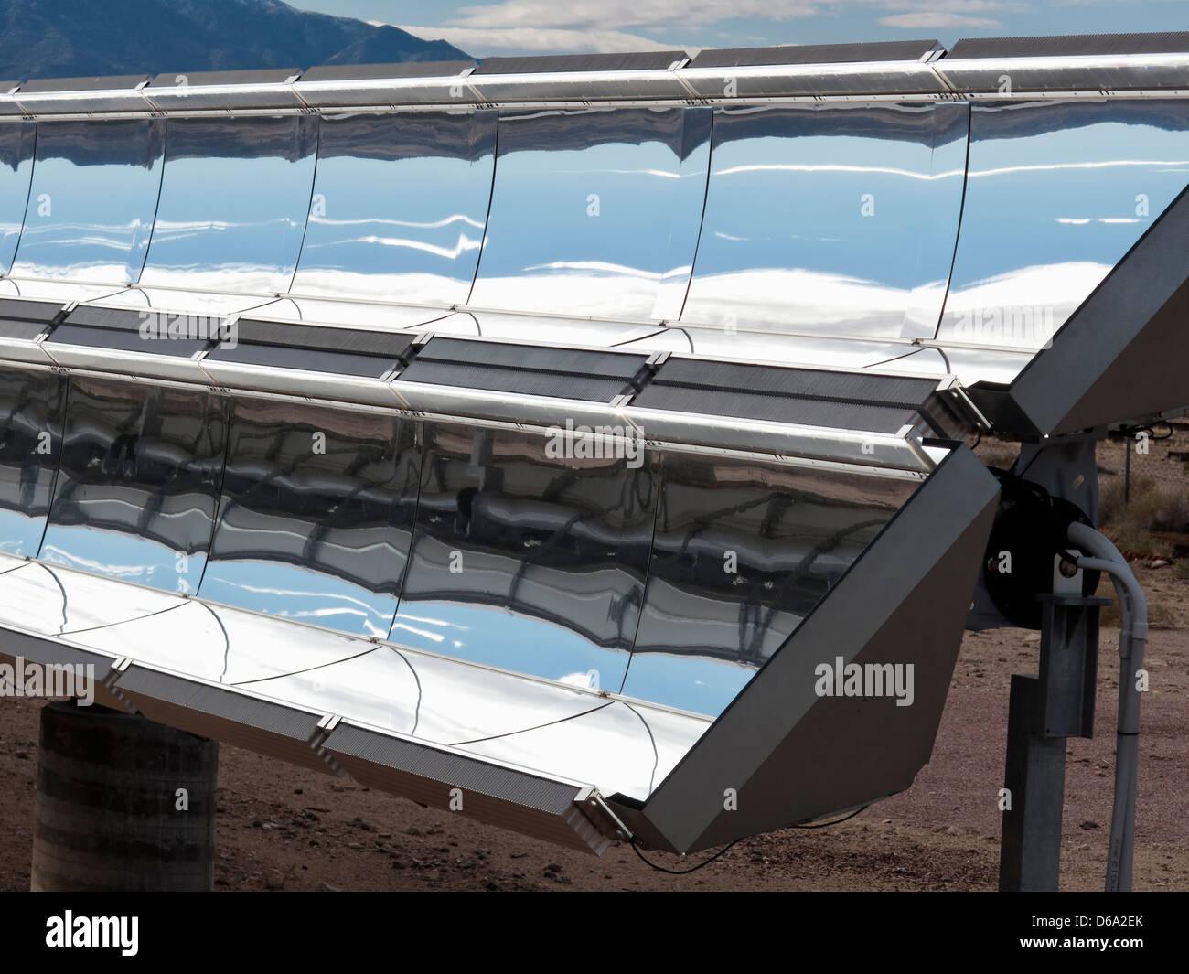 Solarstrom-Anlagen unter blauem Himmel Stockbild