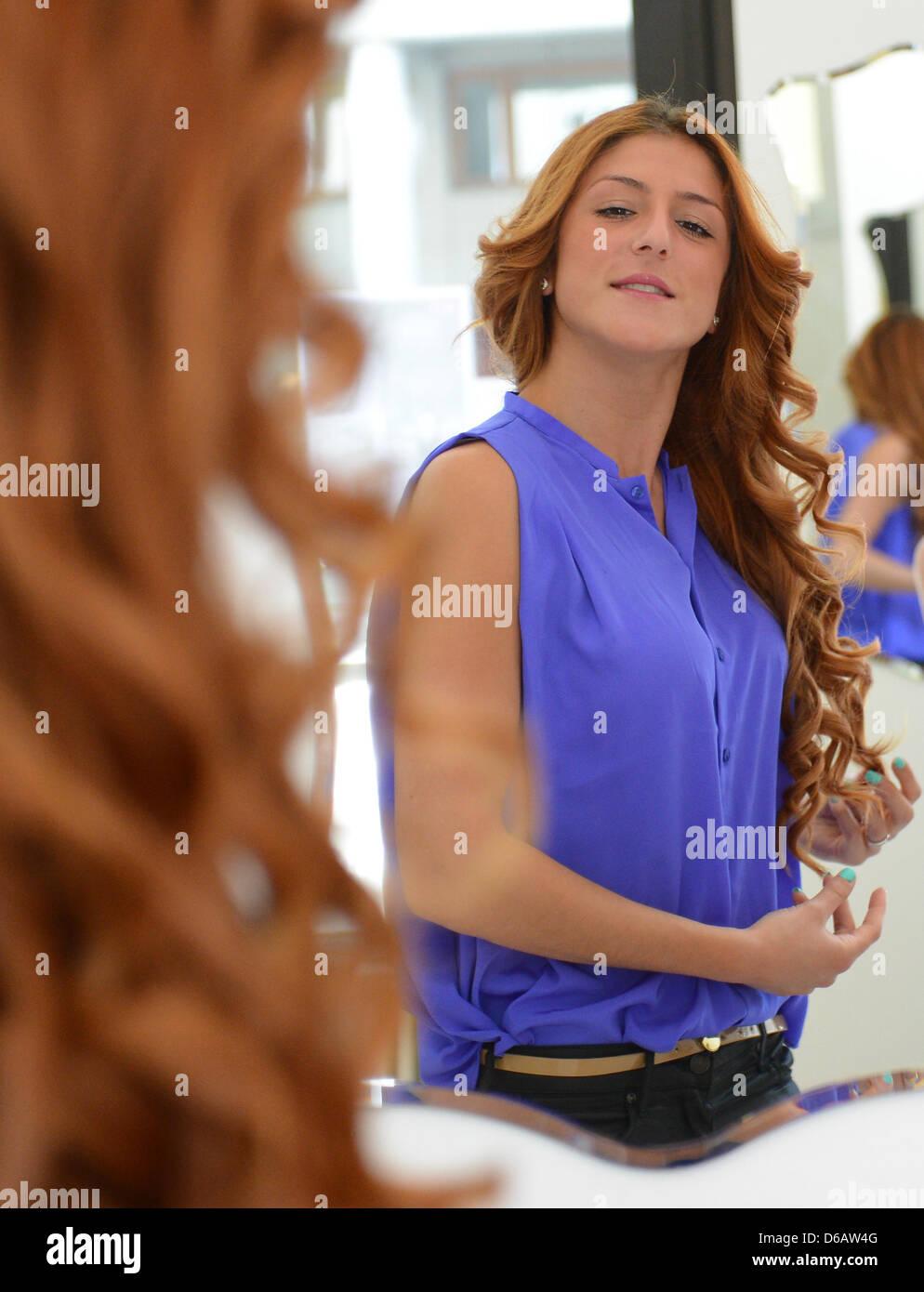 Kunden Duygu Bewundert Ihre Neue Frisur Im Spiegel Beim Friseur Dry