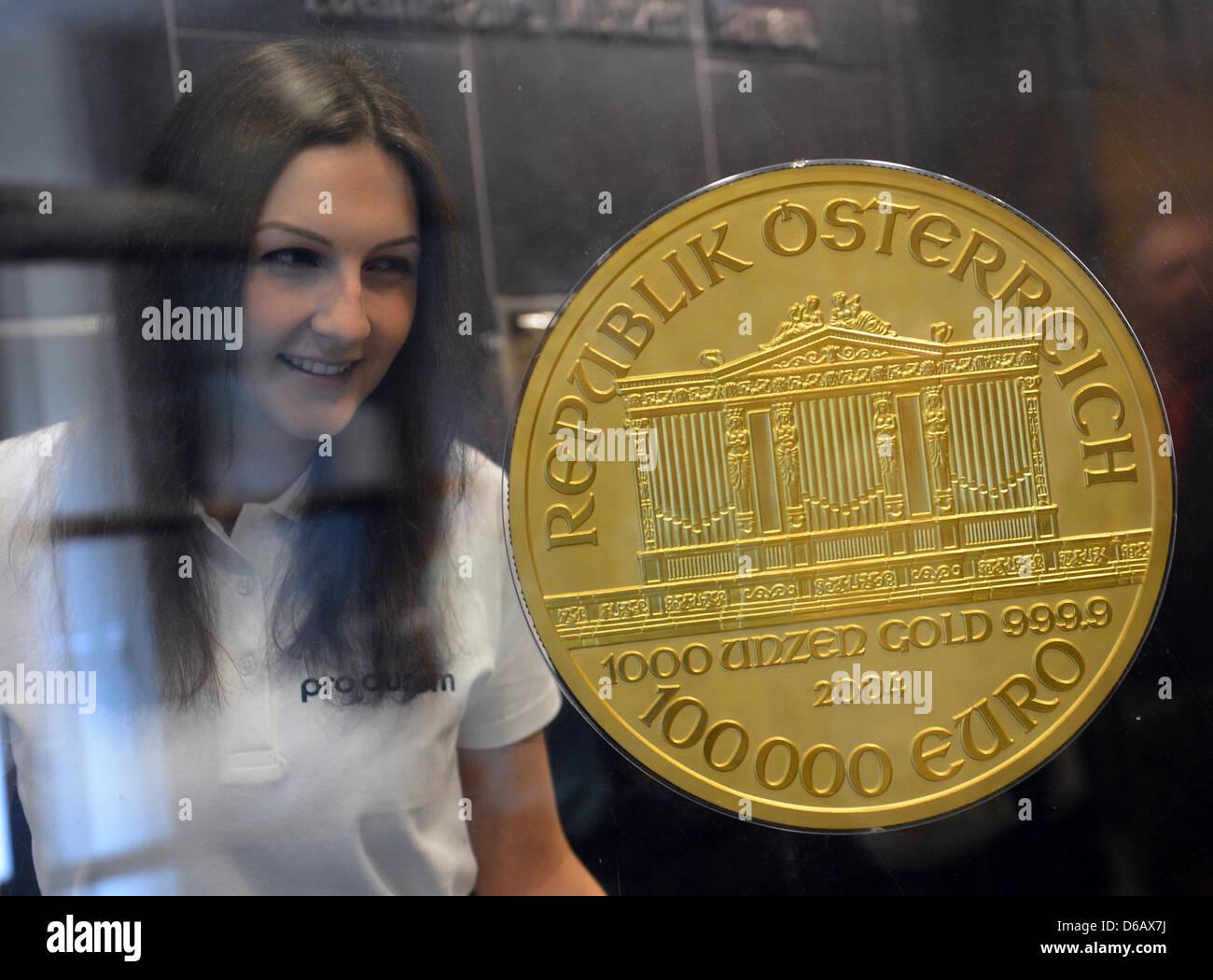 Eine Junge Frau Schaut Europas Größten Gold Münze Pro Aurum In