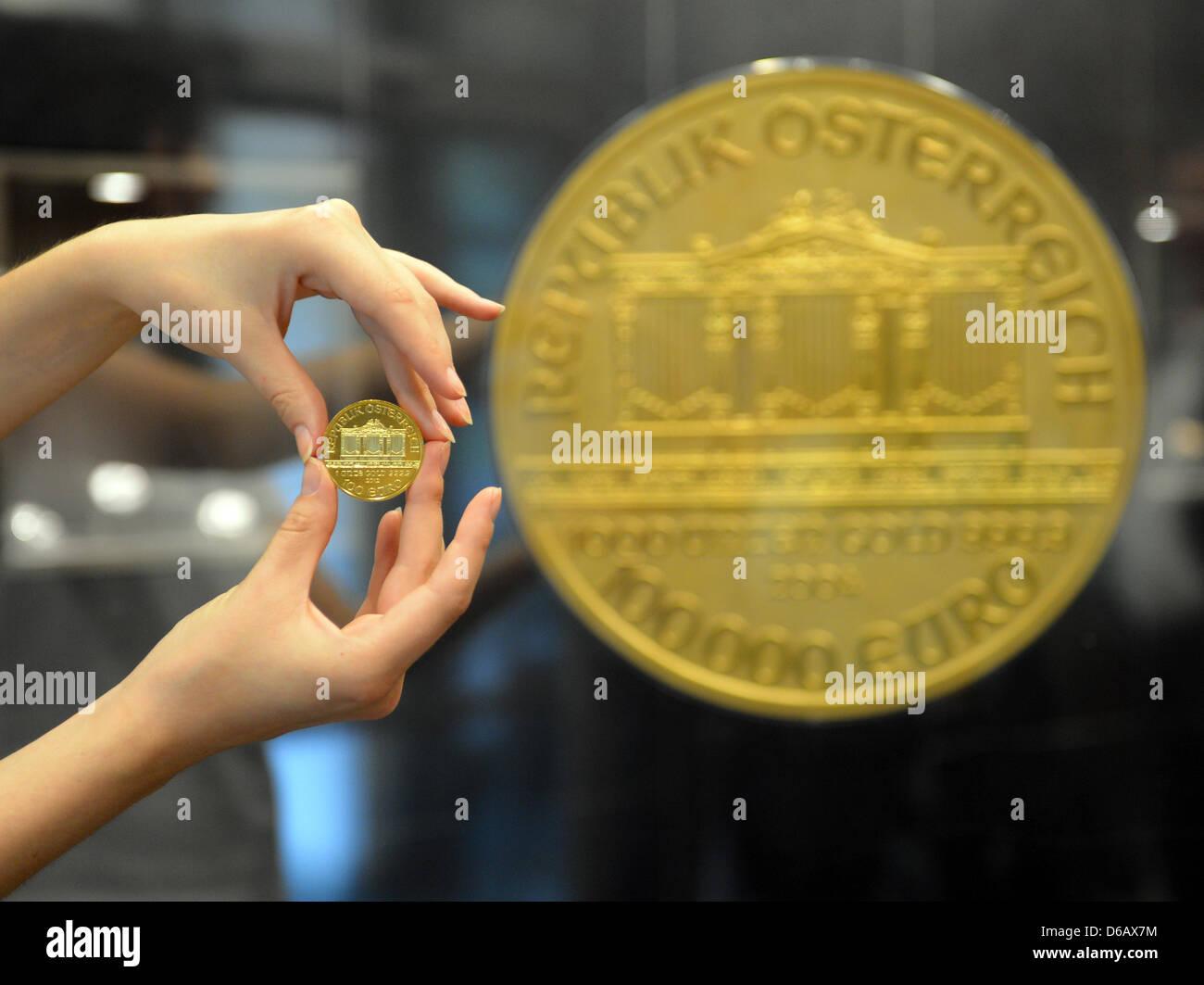 Eine Hand Hält Europas Größten Gold Münze Bei Pro Aurum In Berlin