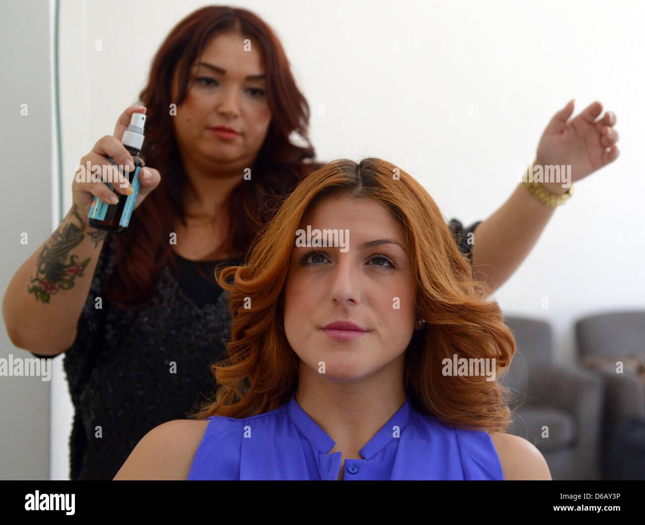 Friseur Arzu Und Haarspray Auf Das Haar Eines Kunden Breitet Sich