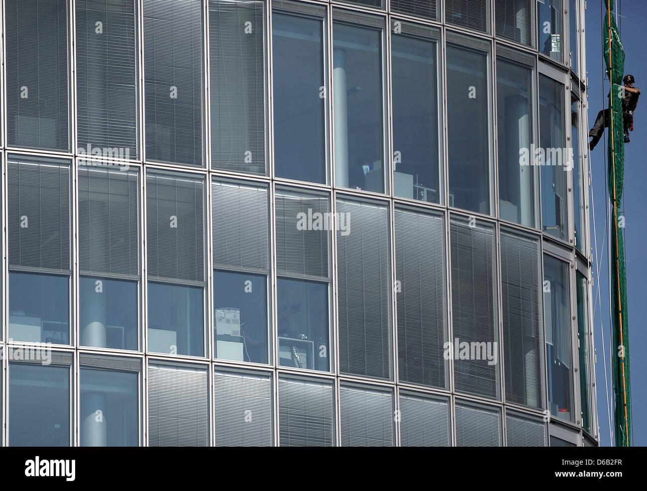 Kletterausrüstung Düsseldorf : Ein industriekletterer arbeitet an einem hochhaus in düsseldorf