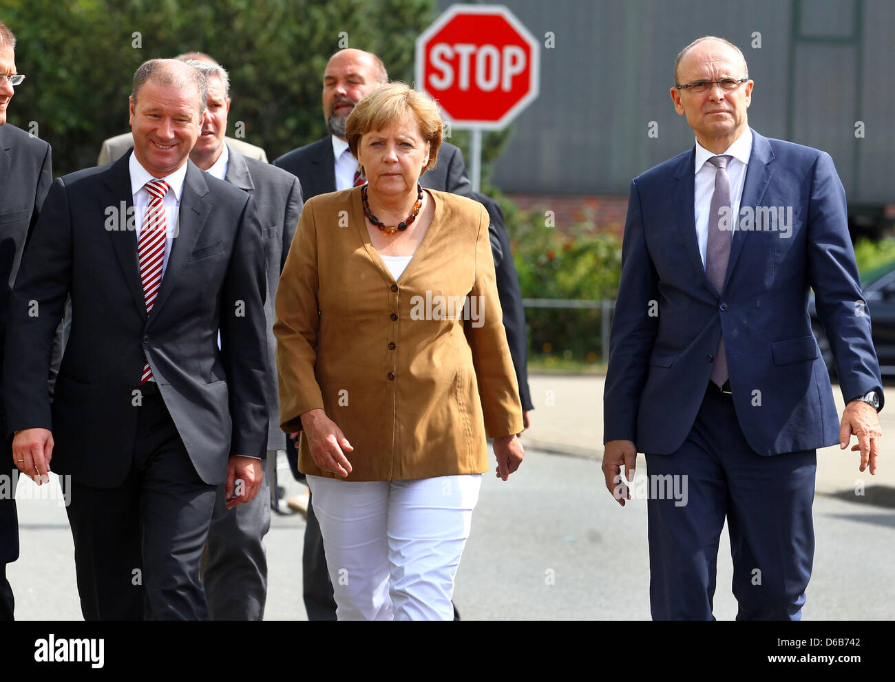 Bundeskanzlerin Angela Merkel, Premier of Mecklenburg-Western Pomerania Erwin Sellering (R) und Manager von P + Stockfoto