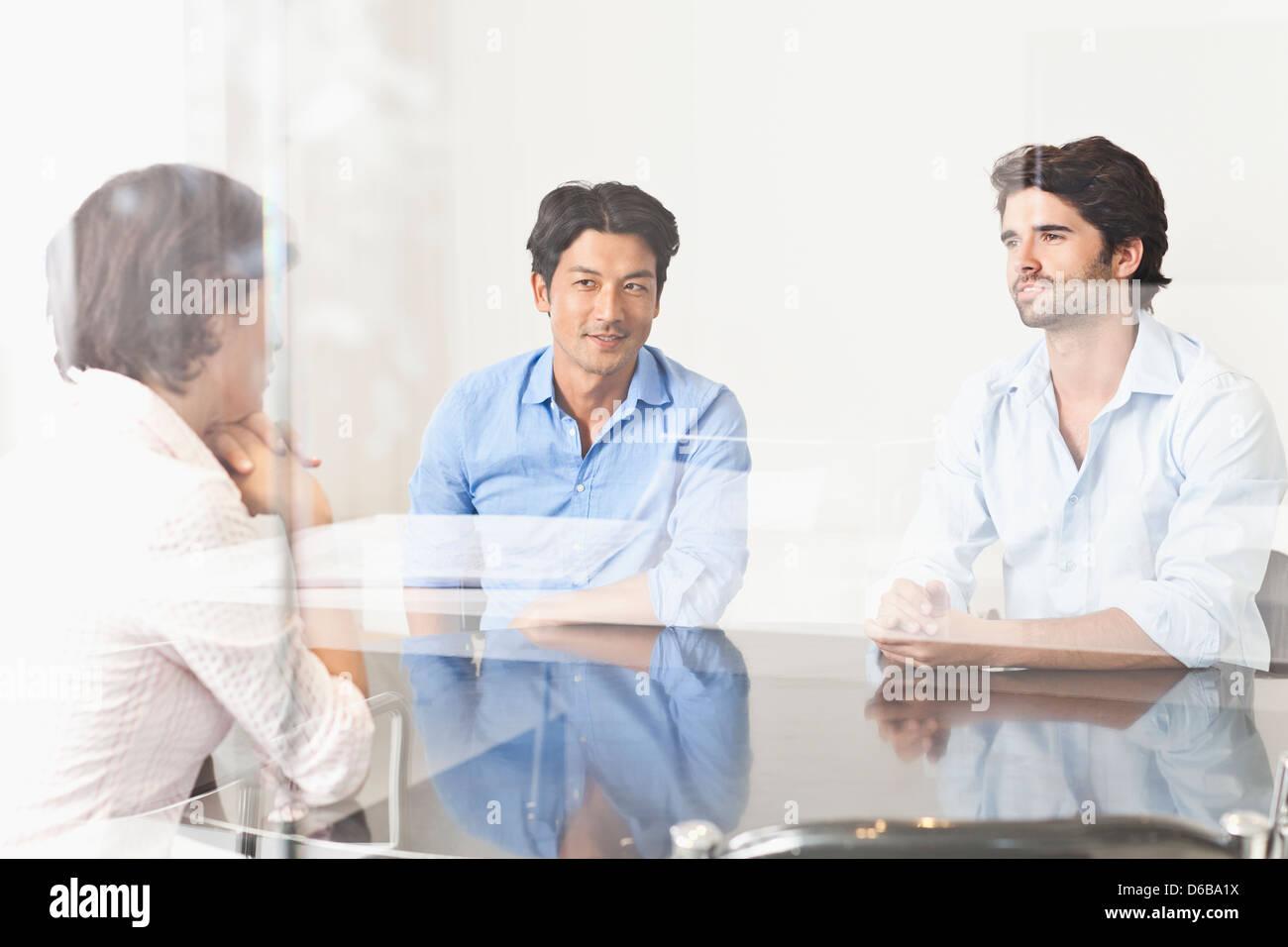 Geschäftsleute, die durch Fenster angezeigt Stockbild
