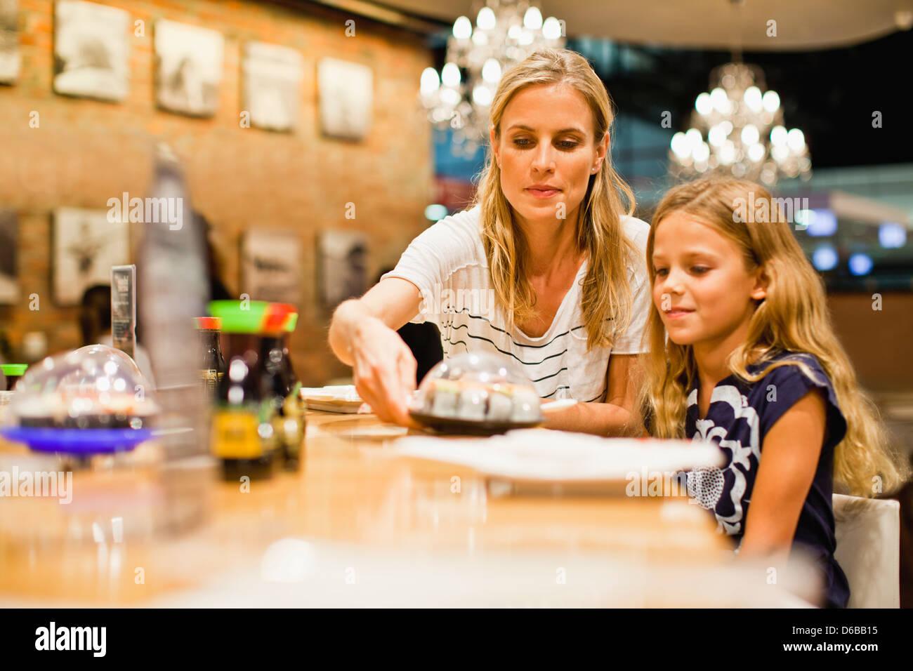 Mutter und Tochter Essen im restaurant Stockbild