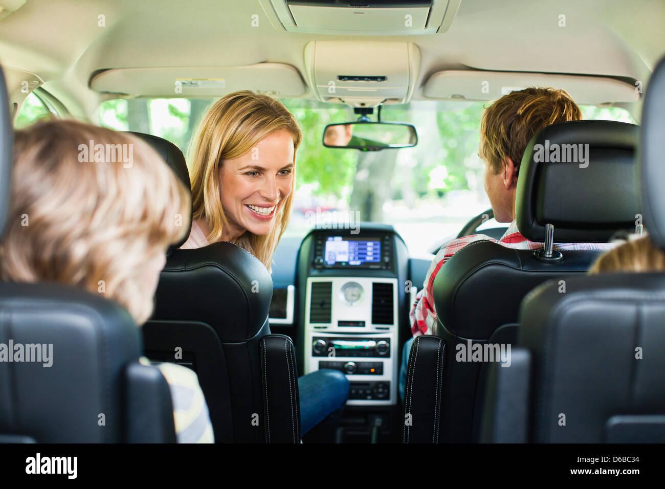 Familie zusammen im Auto fahren Stockbild