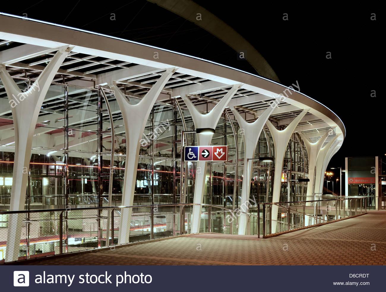 """Moderne u-Bahnstation """"St?í?kov"""" Gebäude außen Nachtbeleuchtung, Prag Tschechische Republik Stockbild"""