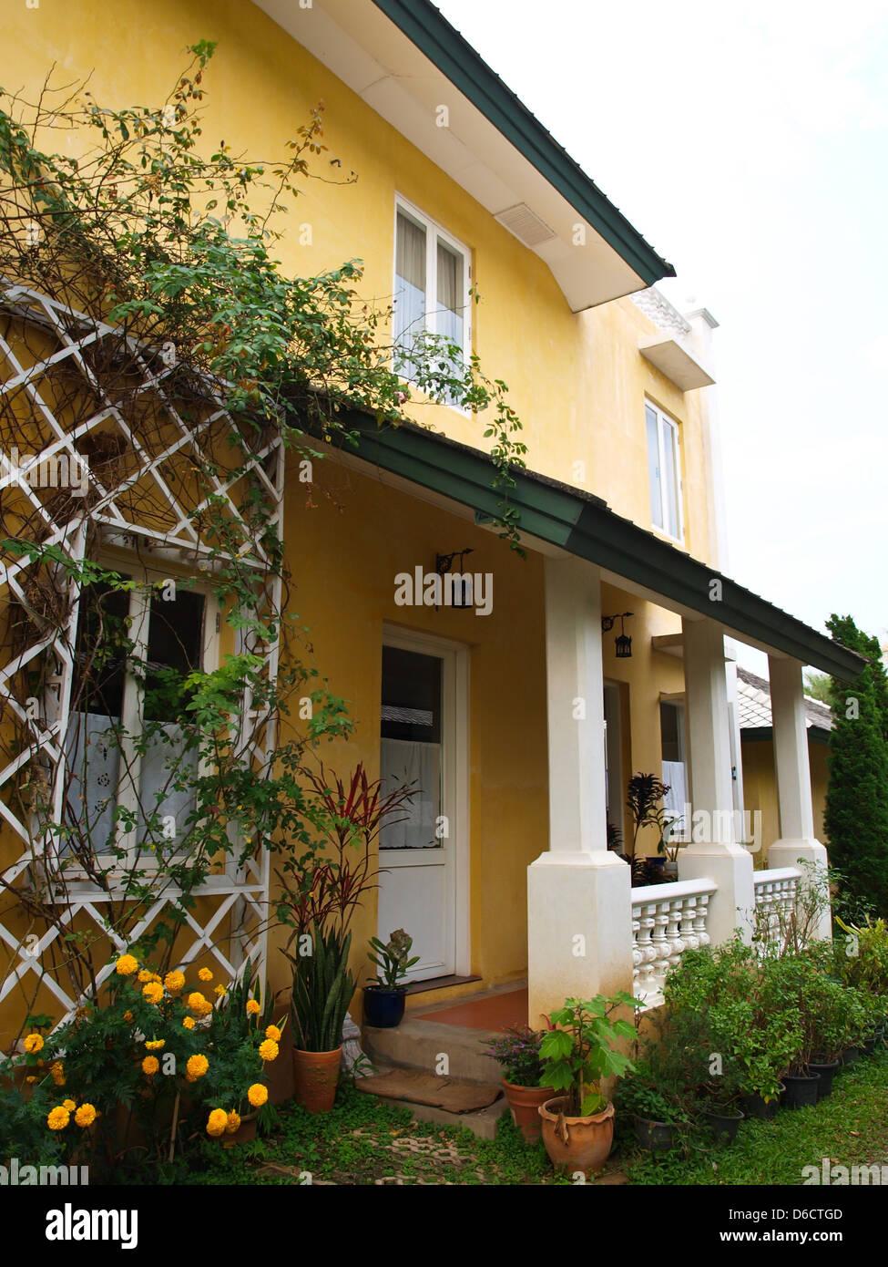 Fabelhaft Haus Mit Veranda Beste Wahl Zweistöckiges Gelbes Und Garten In Der Natur