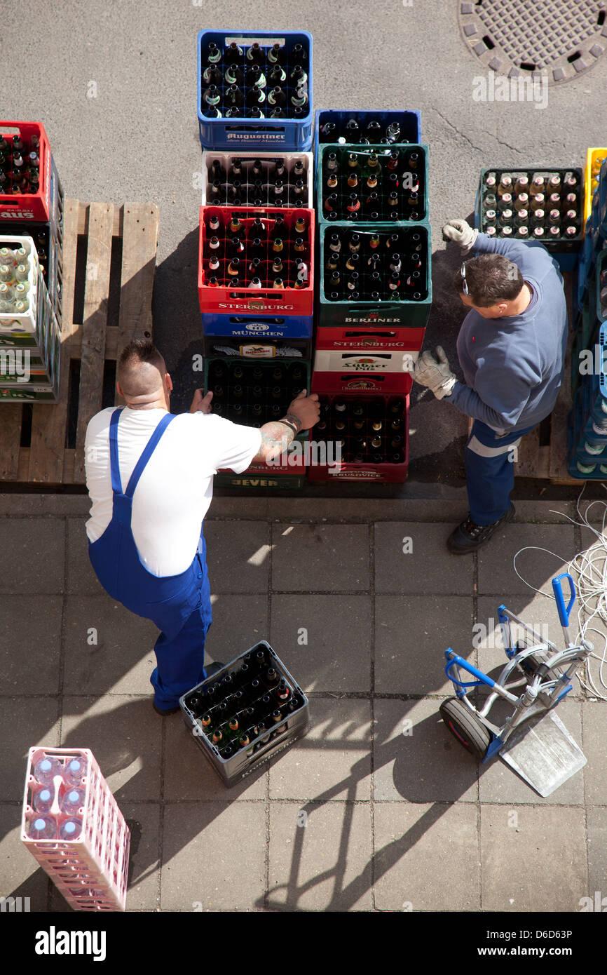 Berlin, Deutschland, liefern zwei Männer Getraenkekisten Stockfoto ...