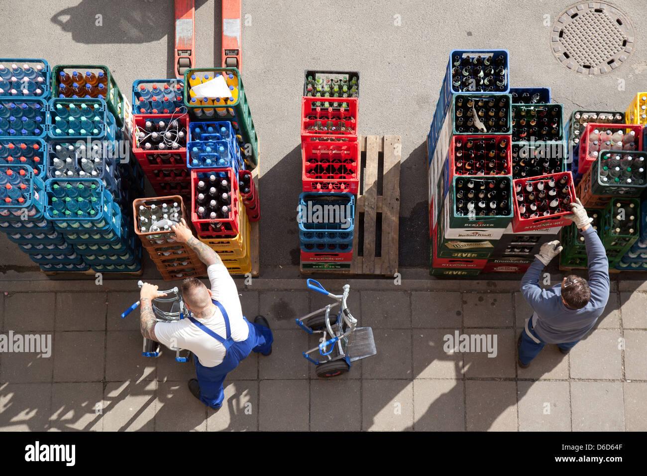 Berlin, Deutschland, liefern zwei Männer Getraenkekisten Stockbild