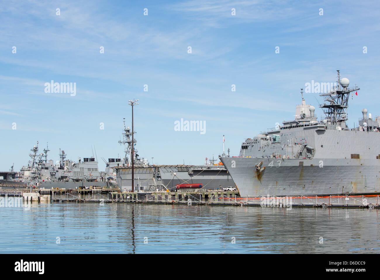 United States Navy Schiffe im Hafen von Naval Station Norfolk. Stockbild
