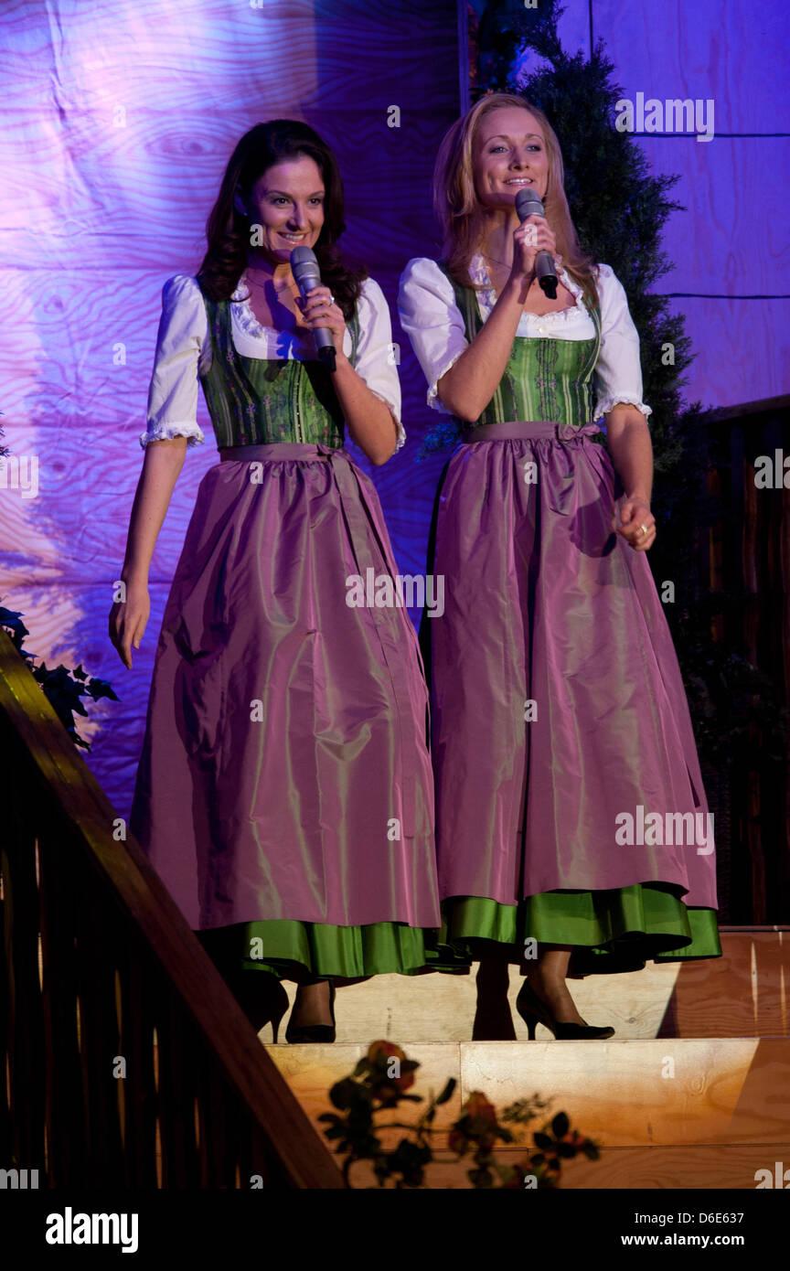 Die Schwestern Sigrid (L) & Marina aus Österreich führen Sie auf der ...