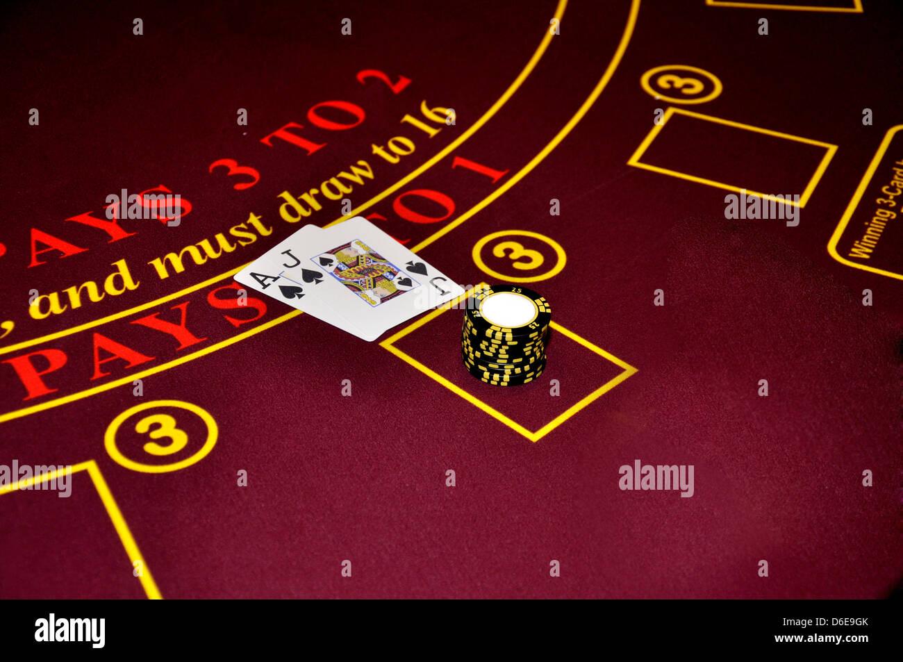 Black-Jack Black Jack Ass jack schwarzes Pik drei zu zwei schwarze weiße Chips Casino Tabelle Sieger Casinospieler Stockfoto