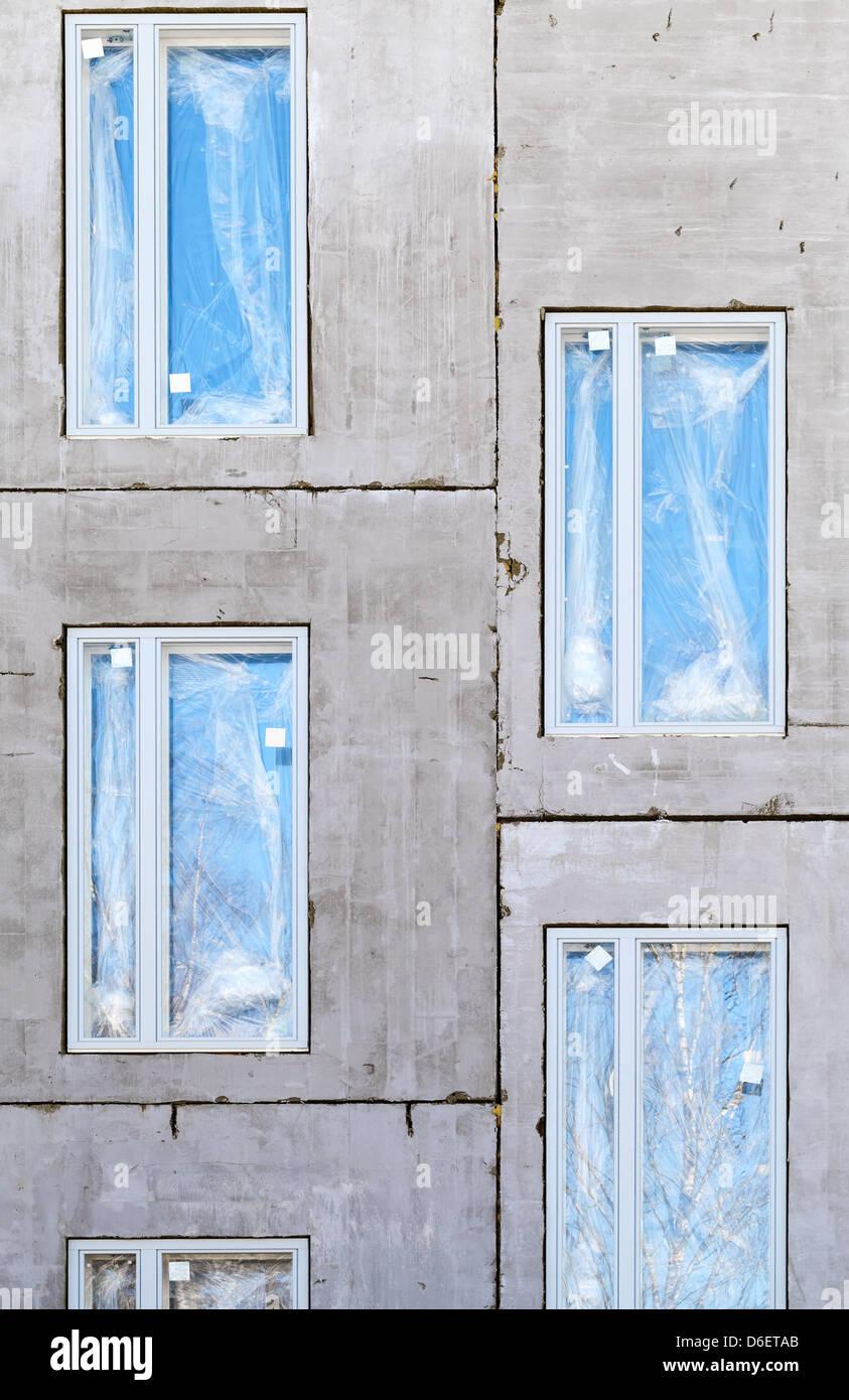 Rohbau Beton Wand mit Fenstern. Vertikale Hintergrund Stockbild
