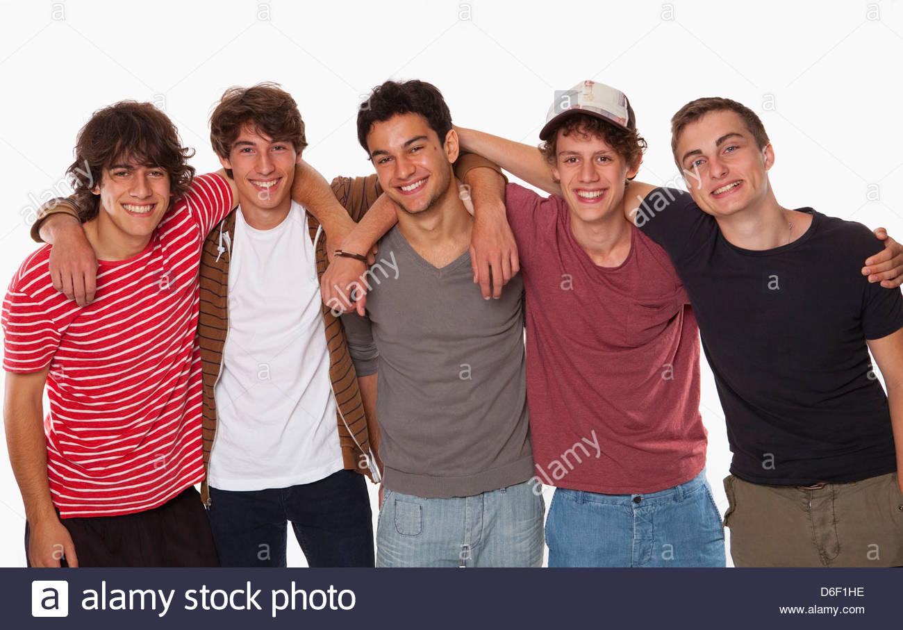 Fünf Jugendliche Freundschaft Lächeln Spaß arm in arm Stockbild