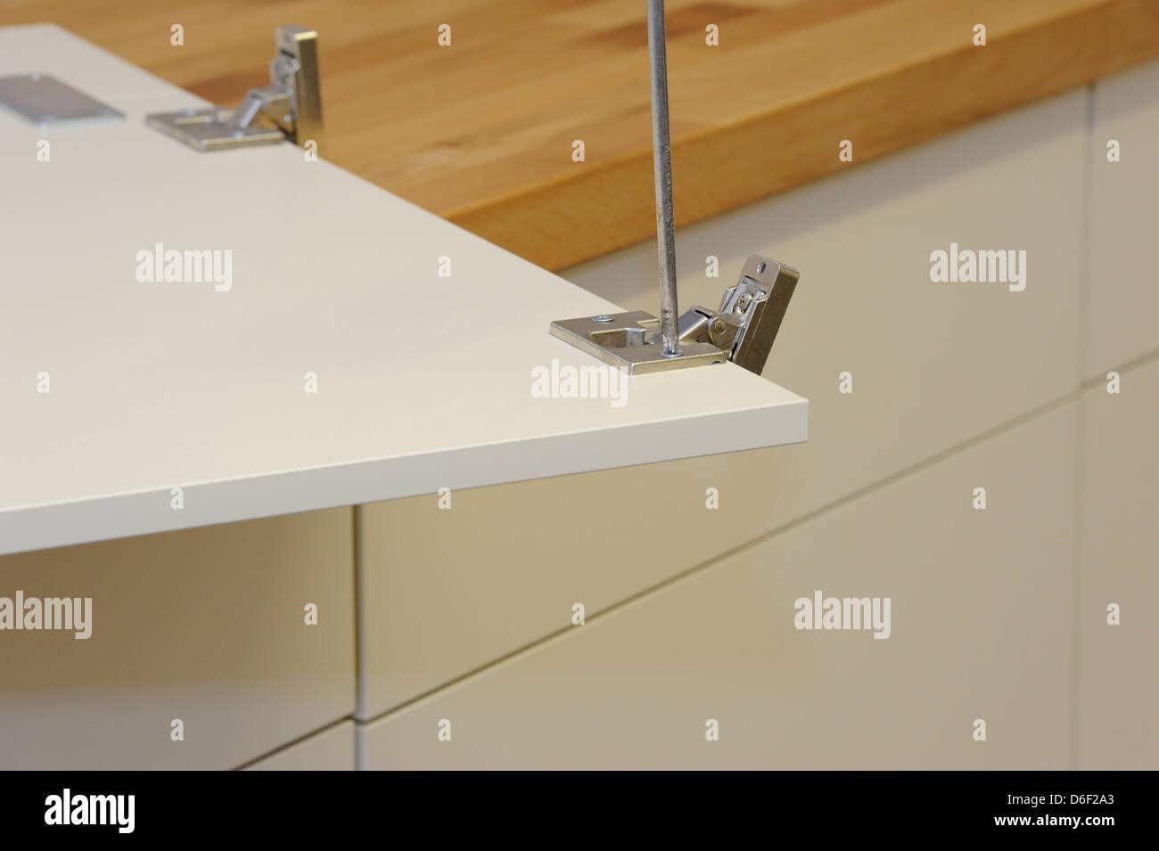 Detail zeigt ein neues Scharnier für Küche Schranktür auf eine neue ...